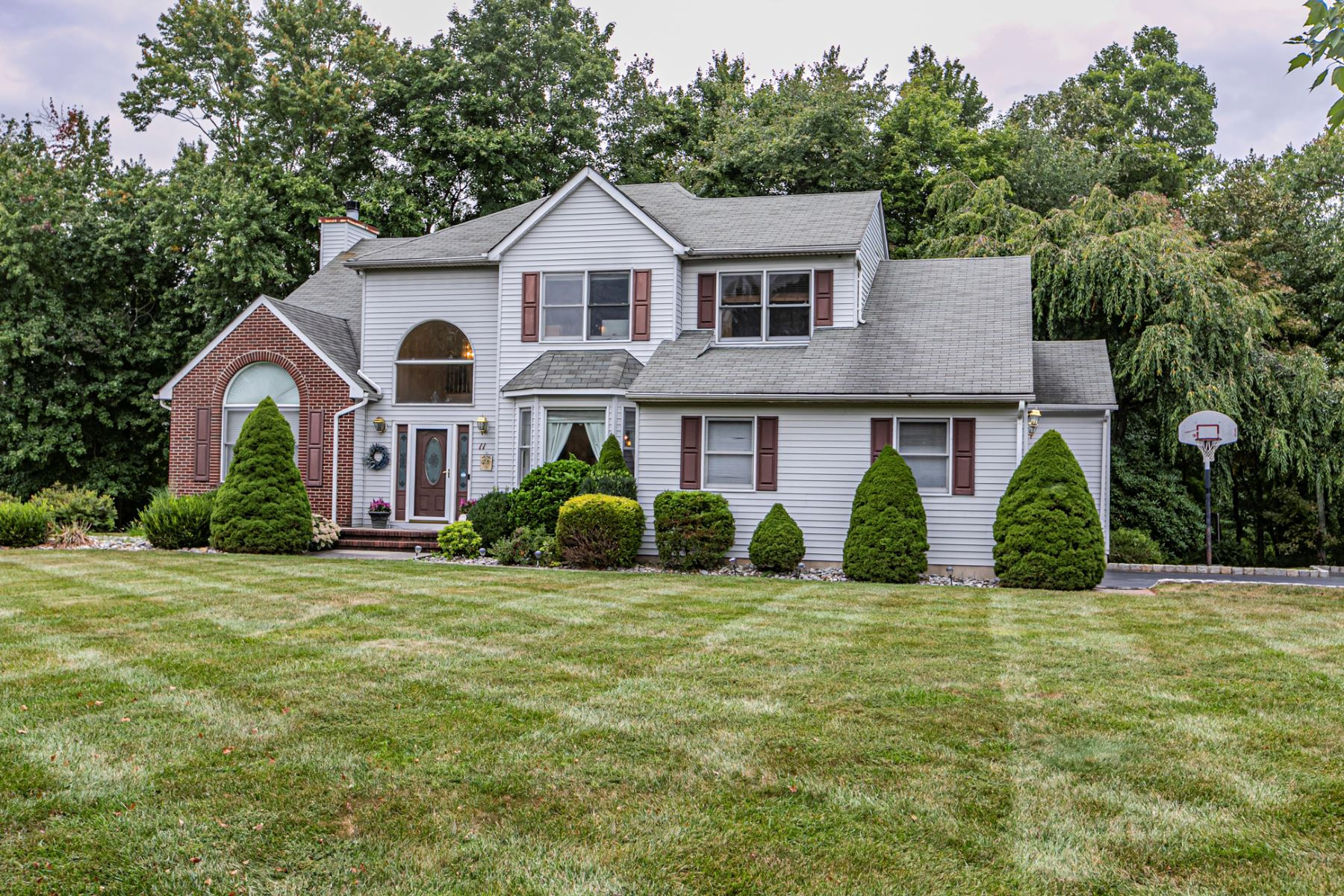 Single Family Homes por un Venta en Franklin Colonial Offers Beautiful Comforts 11 Hunters Crossing Road Franklin Township, Nueva Jersey 08873 Estados Unidos