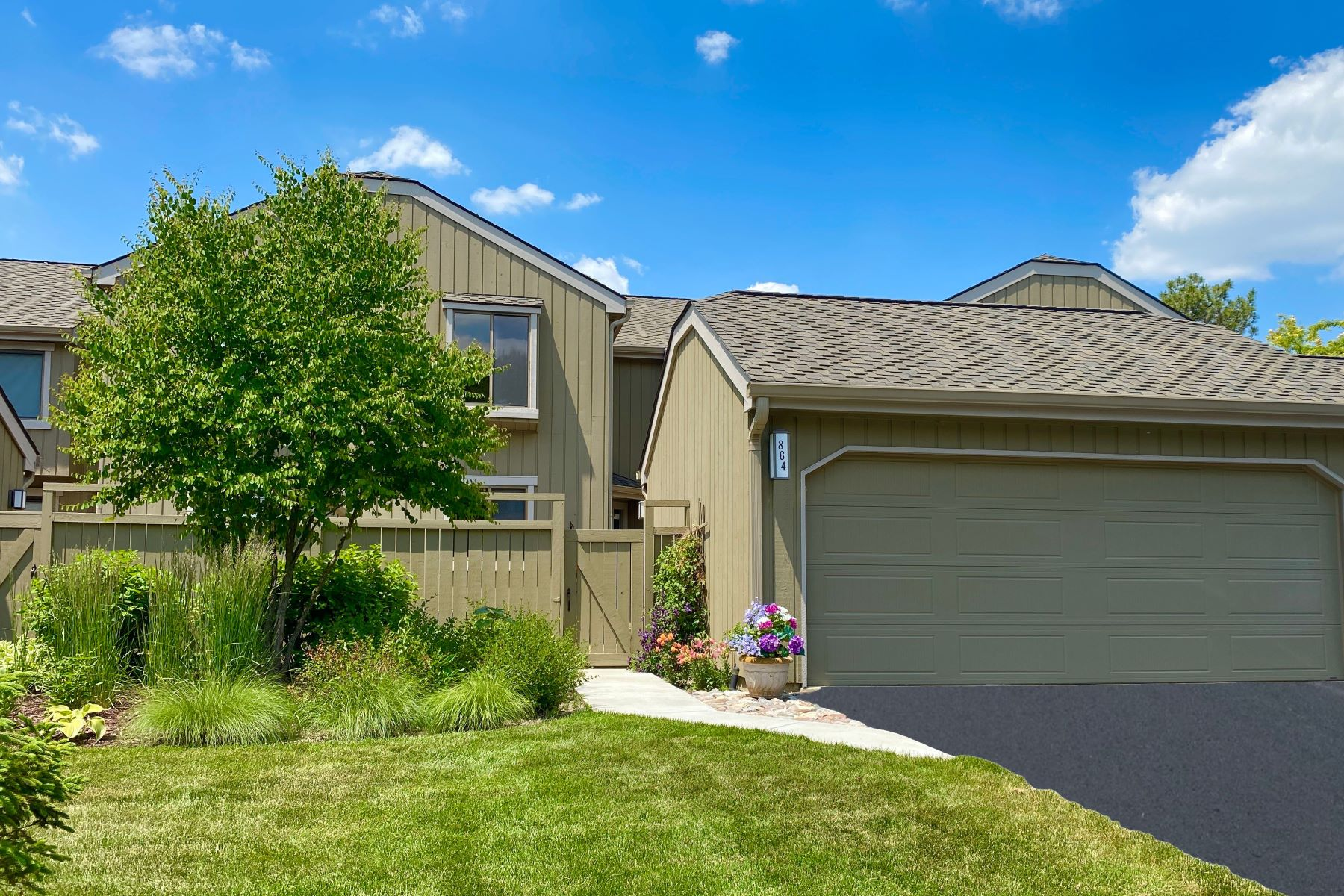 townhouses para Venda às Perfectly Updated 864 Oak Hill Road, Lake Barrington, Illinois 60010 Estados Unidos