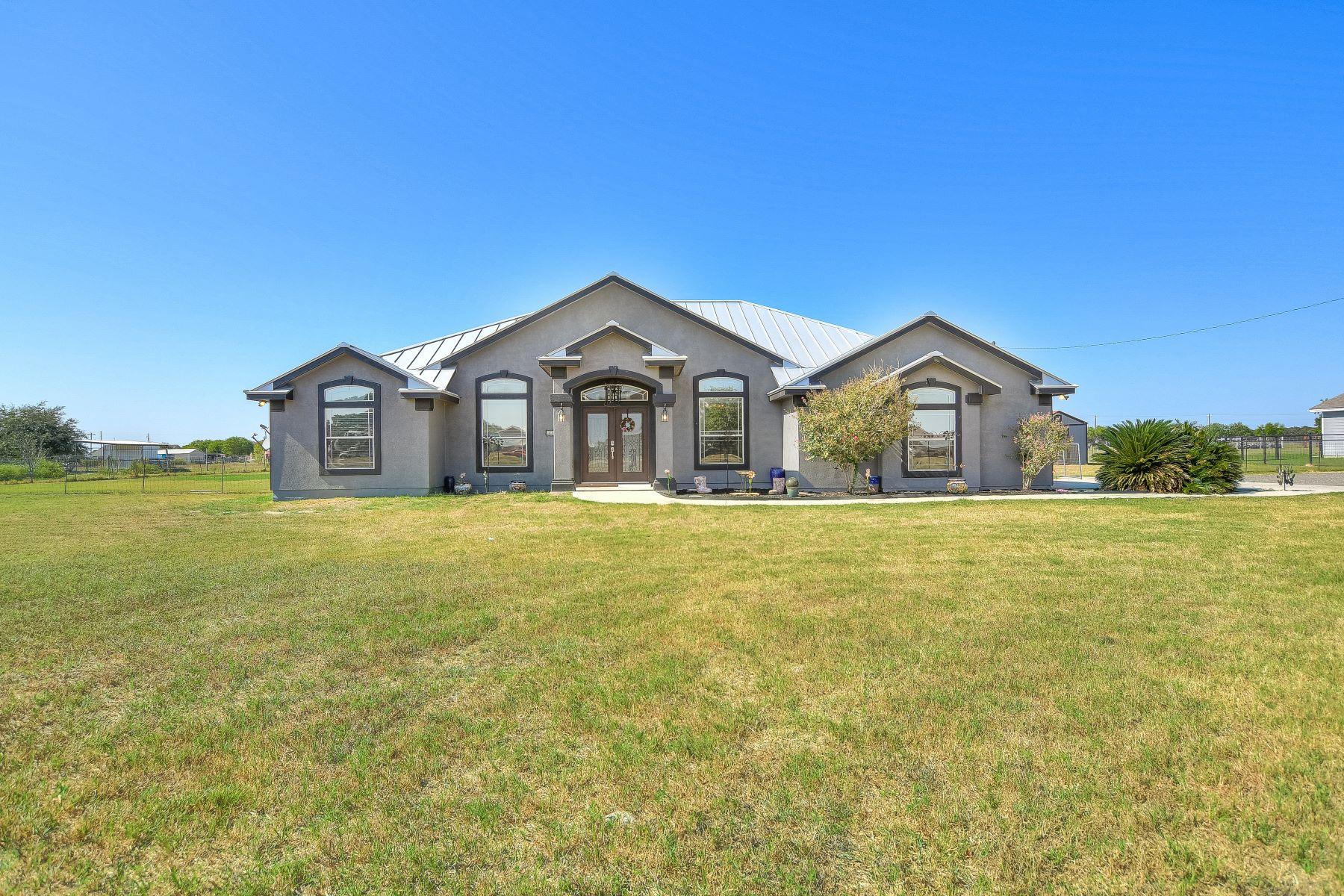 Single Family Homes für Verkauf beim Two Acre Home in Floresville 257 Shamrock Drive, Floresville, Texas 78114 Vereinigte Staaten