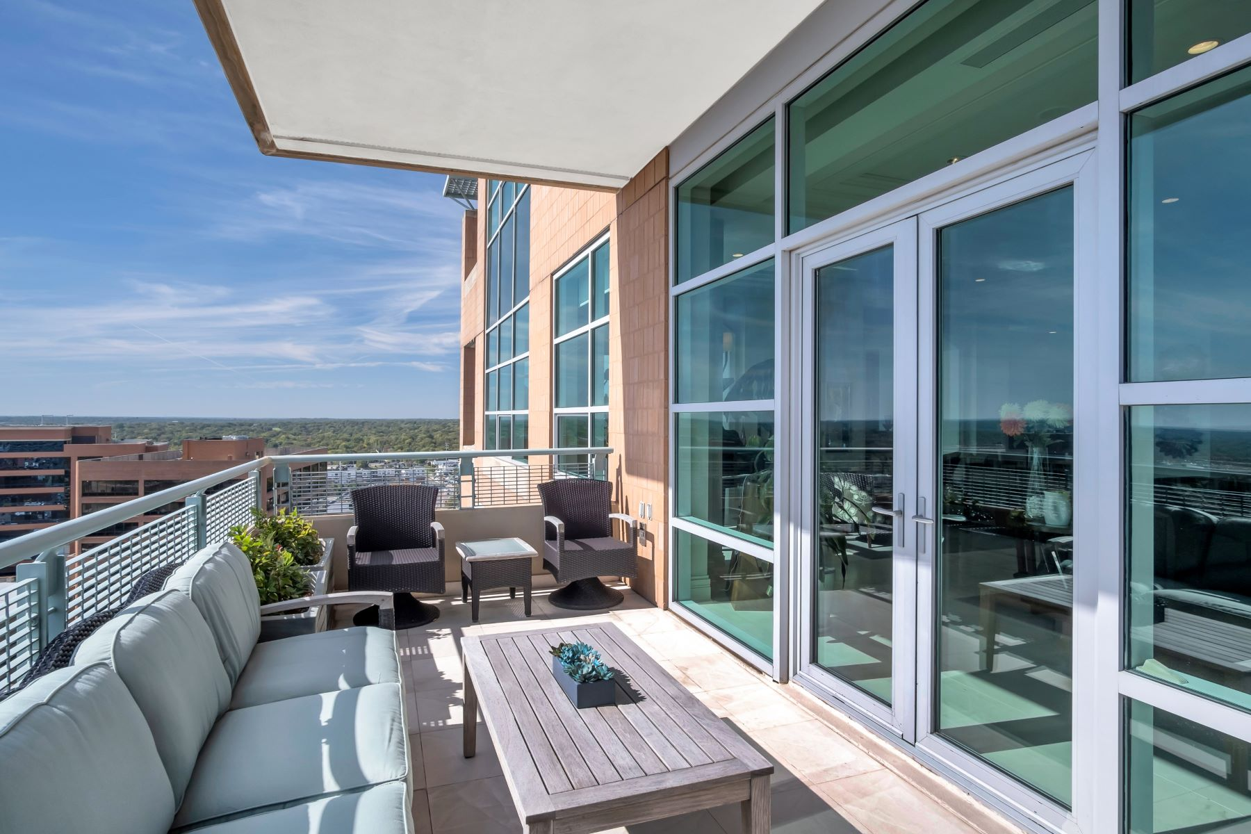 Additional photo for property listing at Experience Luxury and Urban Penthouse Living 8025 Maryland Avenue #15C Clayton, Missouri 63105 United States