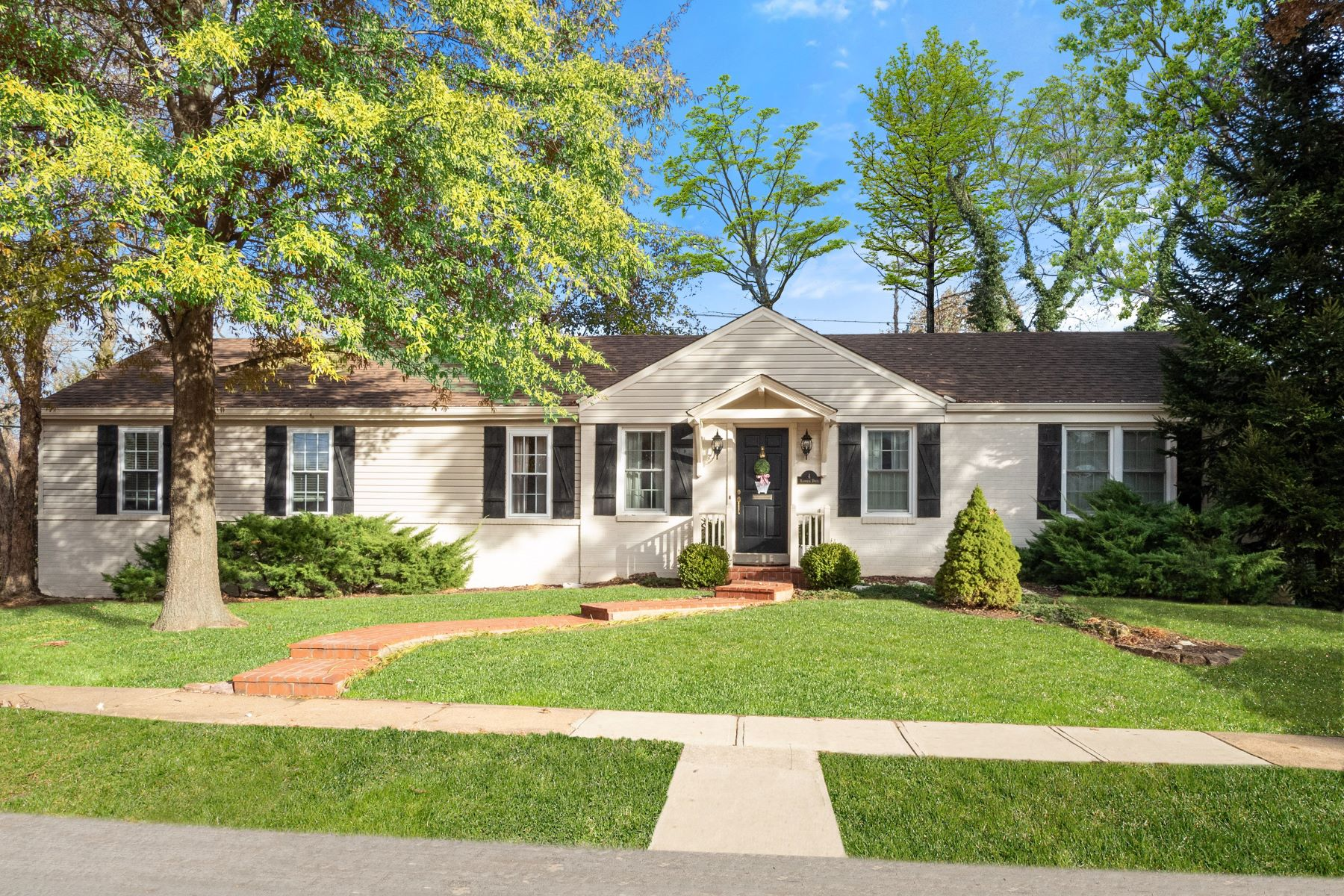 Single Family Homes for Sale at Picturesque ranch in the heart of Ladue! 4 Magnolia Drive St. Louis, Missouri 63124 United States