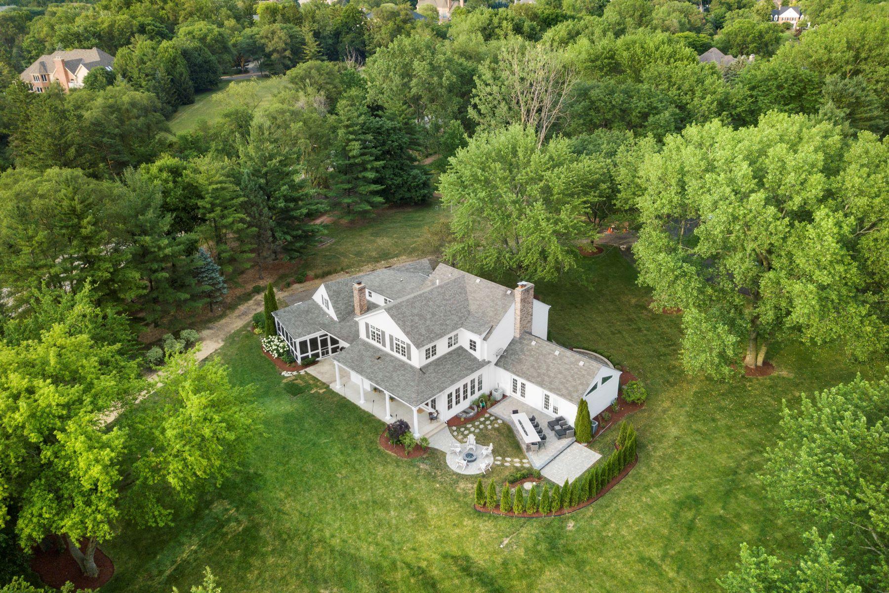 Single Family Homes para Venda às Beautiful Rare, Privately Placed Setting 10 Gregory Lane, South Barrington, Illinois 60010 Estados Unidos