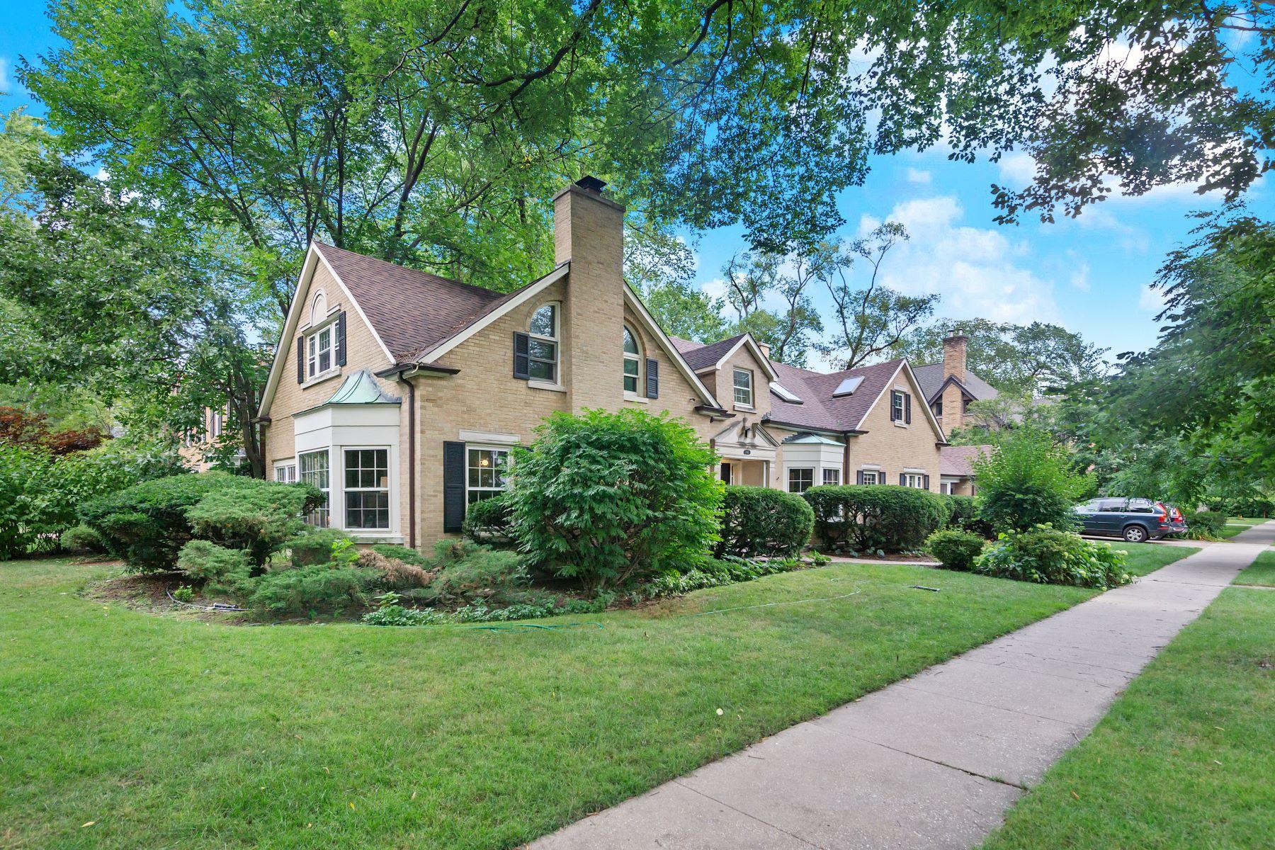 Single Family Homes 为 销售 在 One of a Kind Sprawling Evanston Home 2965 Grant Street 埃文斯顿, 伊利诺斯州 60201 美国