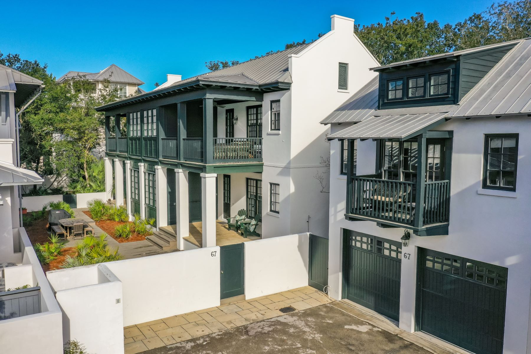 Single Family Homes 为 销售 在 Renovated Courtyard Style Home Offers Privacy and Only Steps from the Beach 67 Dunmore Town Lane Rosemary Beach, 佛罗里达州 32461 美国
