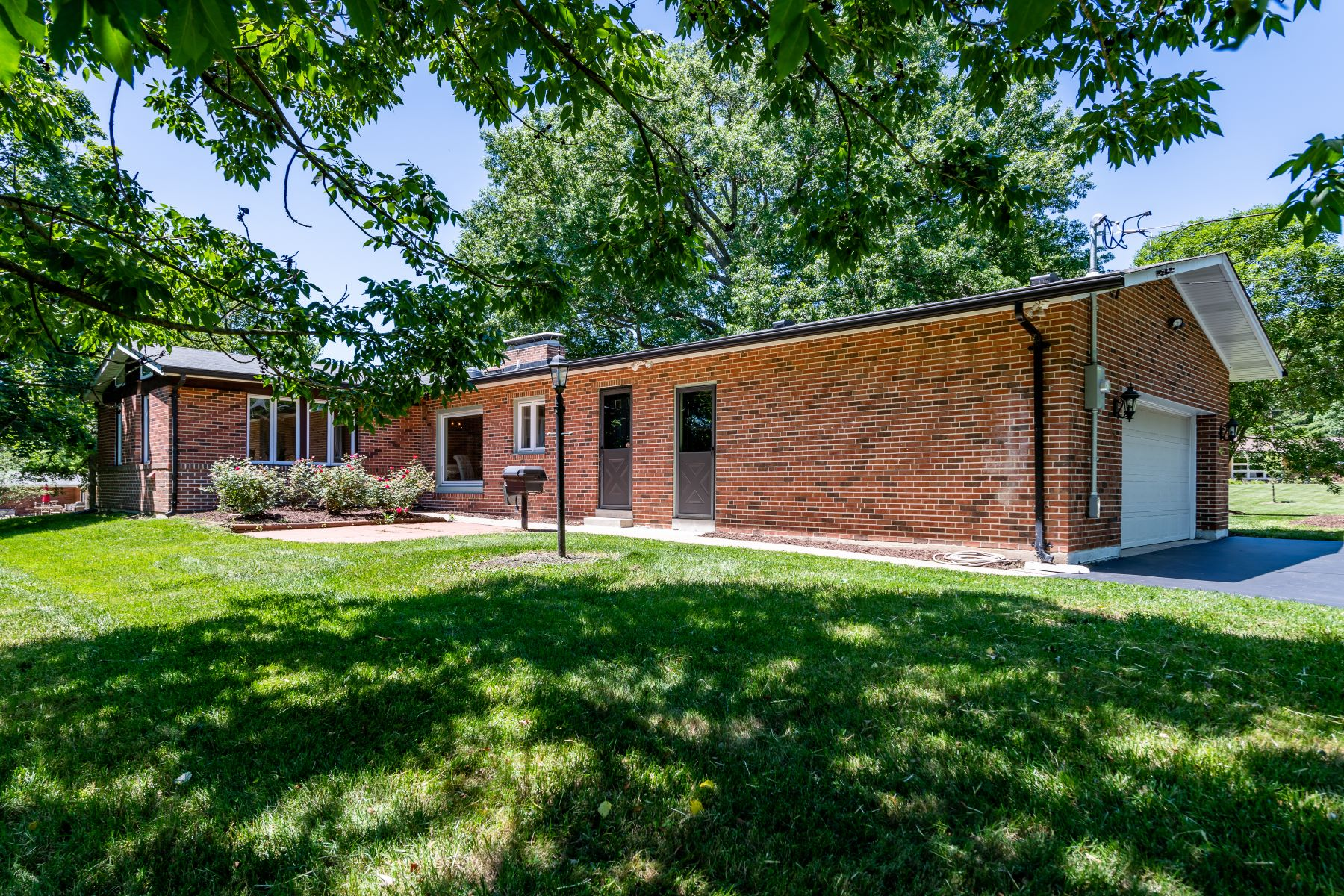 Additional photo for property listing at Mid-Century Modern Easy Living 34 Ladue Estates Drive Creve Coeur, Missouri 63141 United States