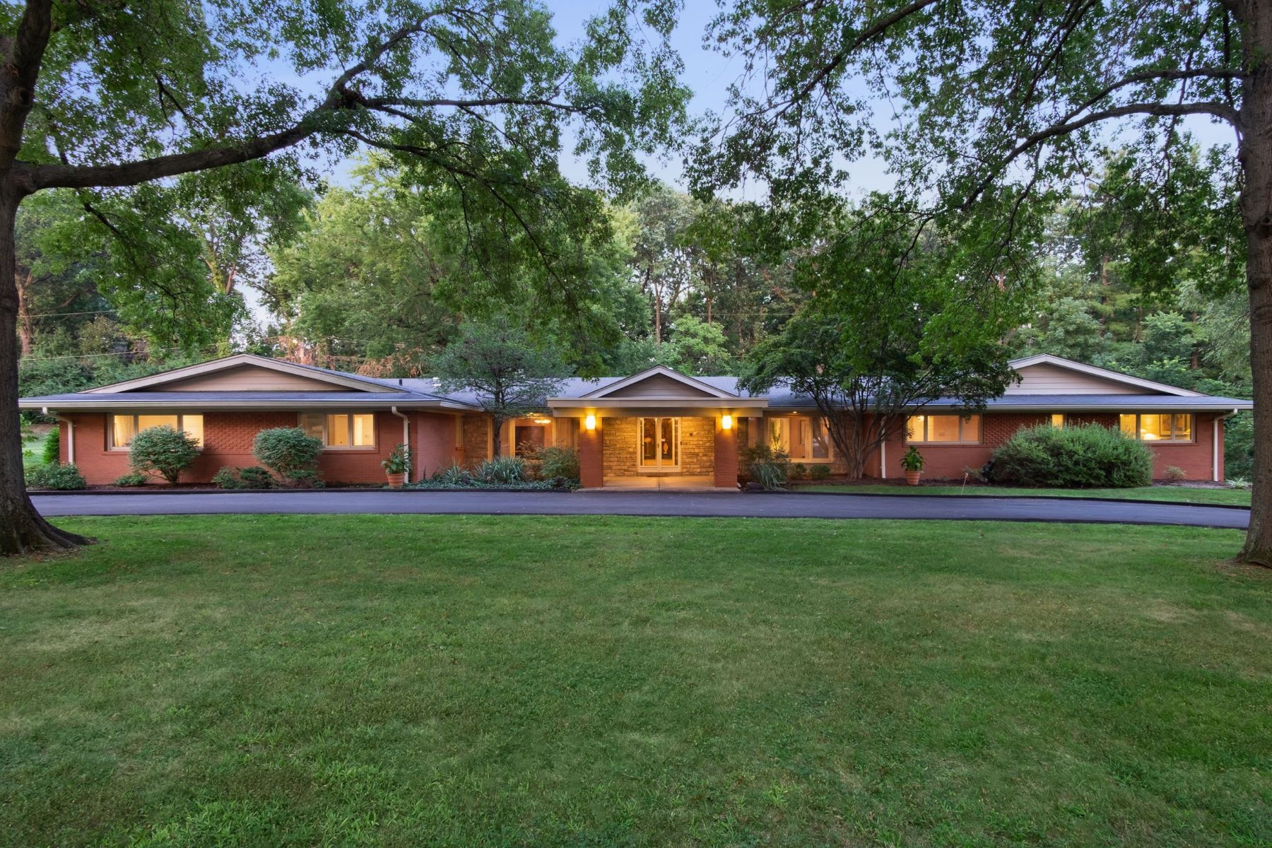Single Family Homes for Sale at Sophisticated Mid-Century Modern Ladue Home 76 Ladue Estates Drive Creve Coeur, Missouri 63141 United States