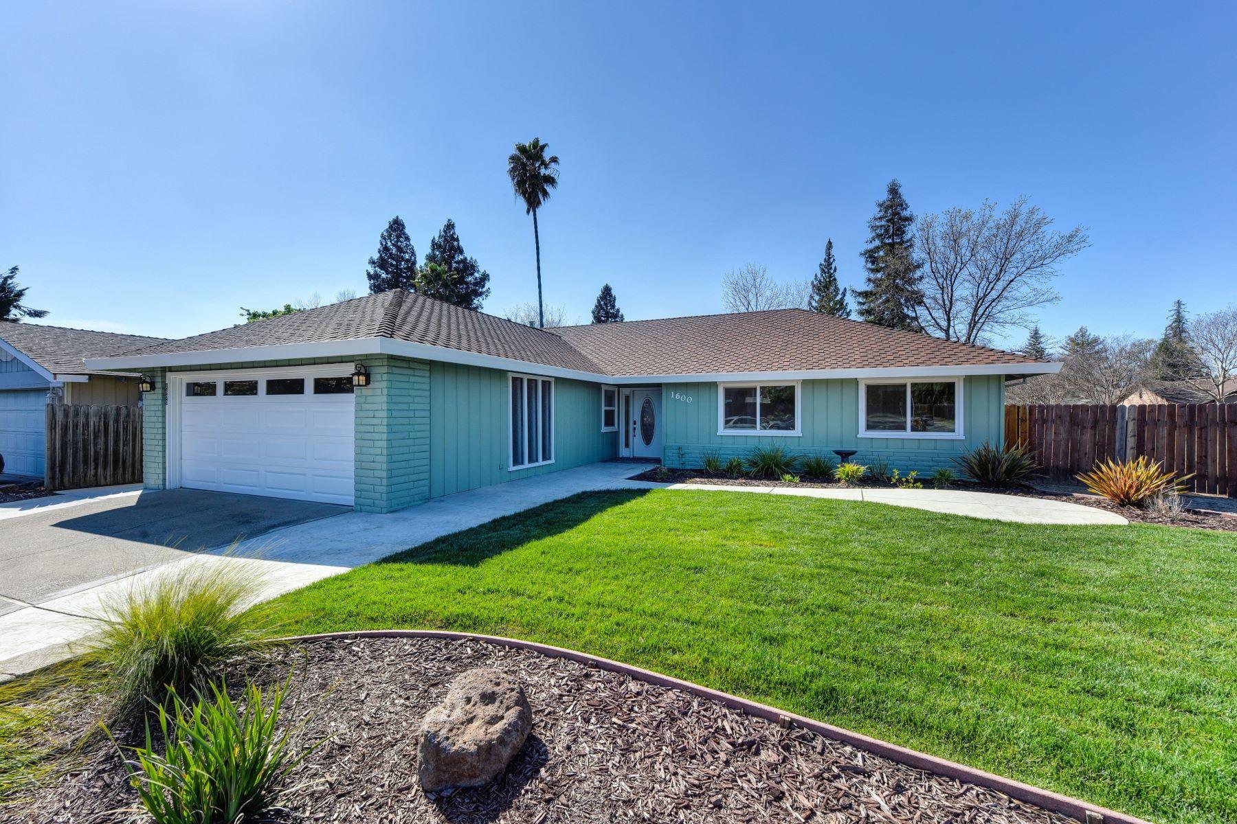 Single Family Homes para Venda às 1600 Crestmont Avenue, Roseville, CA 95661 Roseville, Califórnia 95661 Estados Unidos