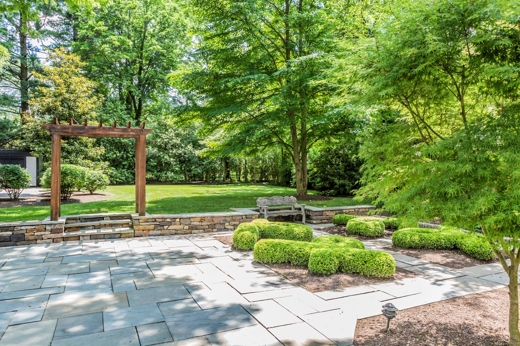 Additional photo for property listing at Sidewalks to Town, Storybook Looks, & Modern Ease 148 Hodge Road, Princeton, Nueva Jersey 08540 Estados Unidos