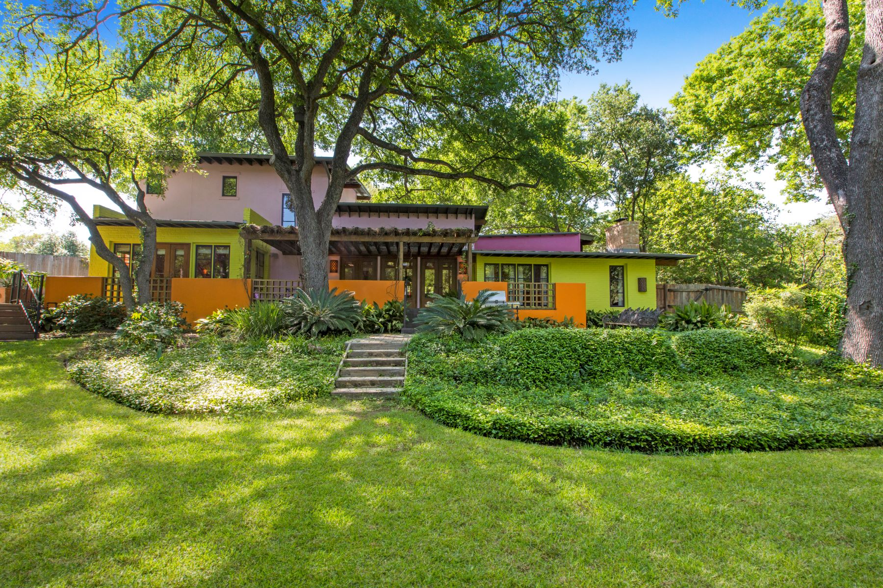 Single Family Homes для того Продажа на Modernist Hacienda in Terrell Hills 129 Newbury Terrace, San Antonio, Техас 78209 Соединенные Штаты