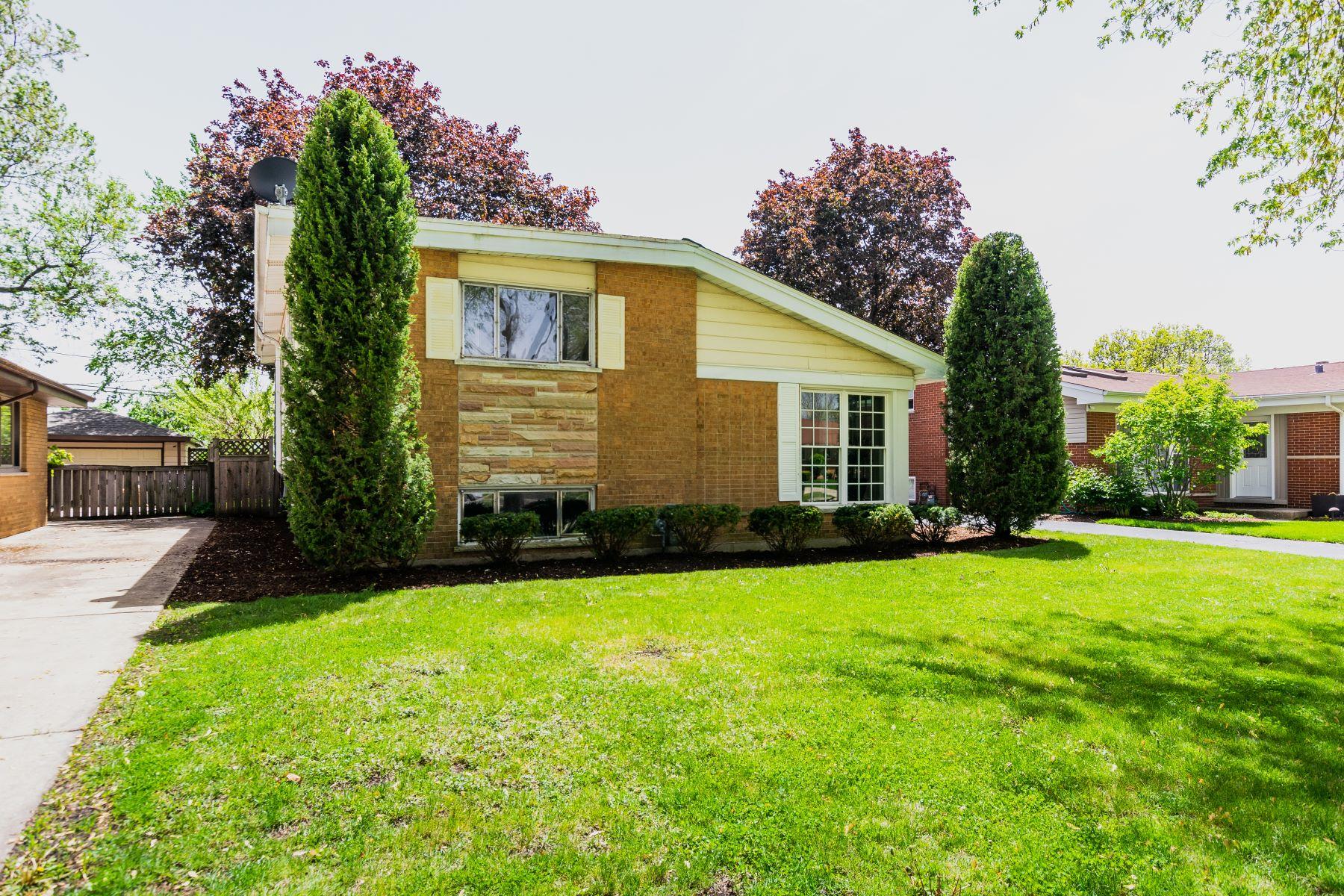 Single Family Homes для того Продажа на South Westchester Split-Level Home 11019 Martindale Drive Westchester, Иллинойс 60154 Соединенные Штаты
