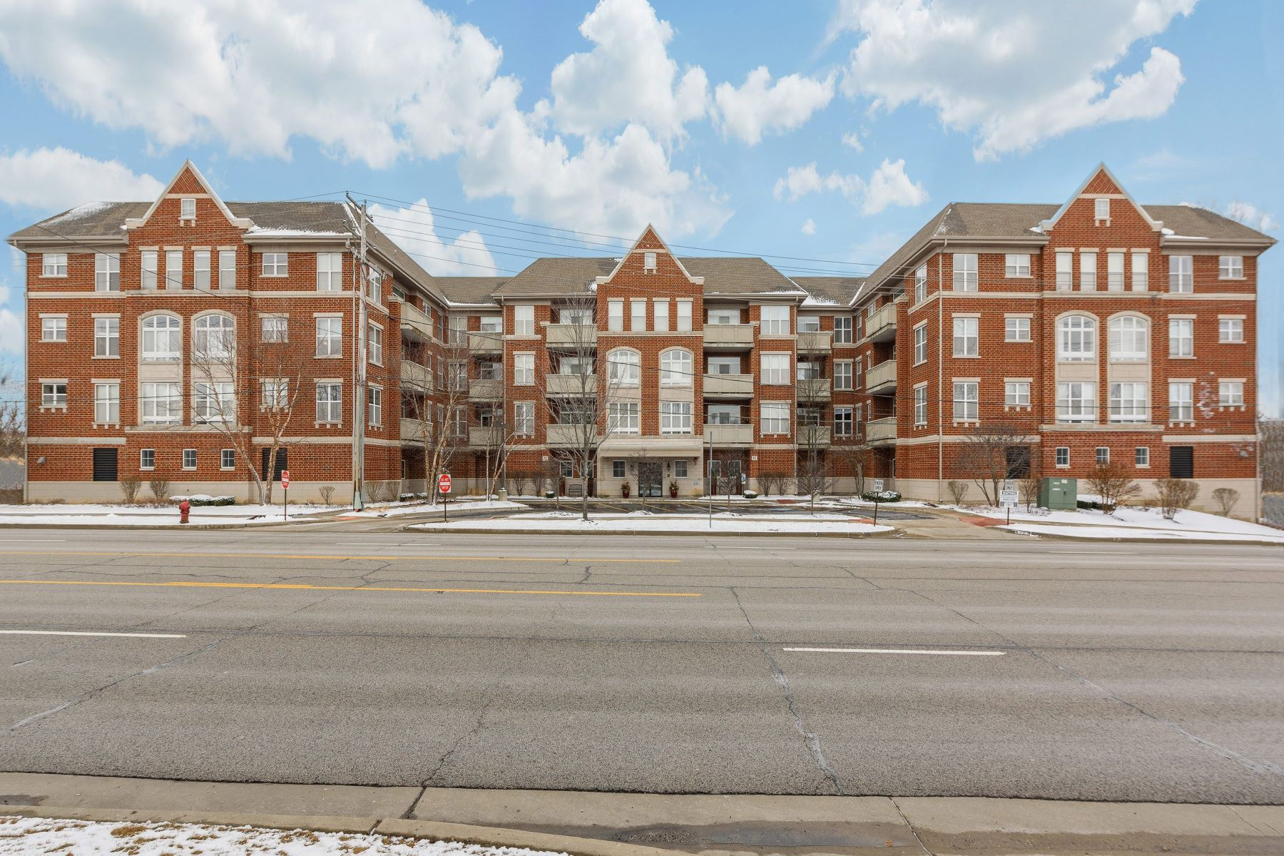 Condominiums for Active at 77 N Quentin Road, Palatine, IL 60067 77 N Quentin Road Unit 310 Palatine, Illinois 60067 United States
