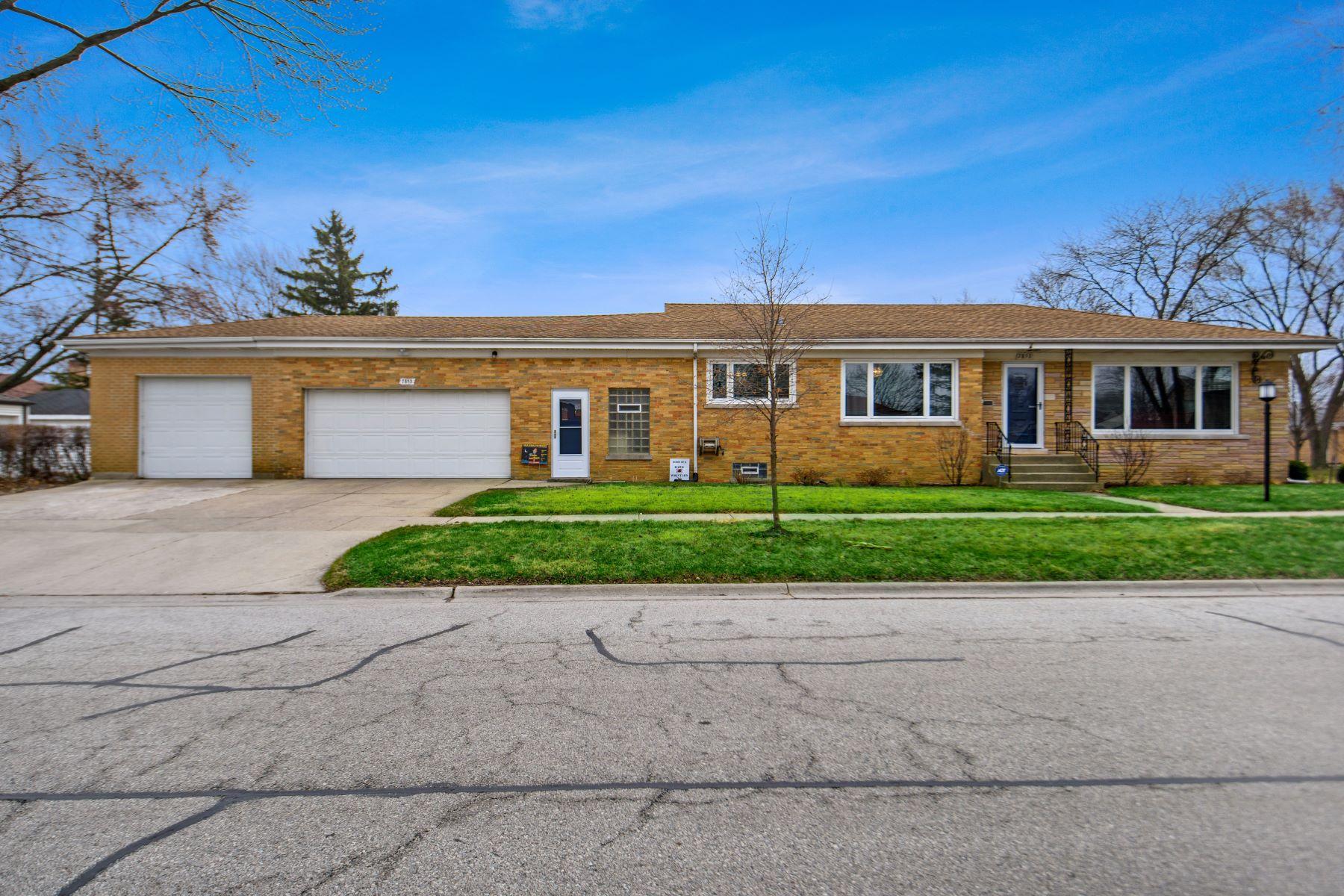 Single Family Homes para Venda às Welcome Home! 7853 W Monroe Street Niles, Illinois 60714 Estados Unidos