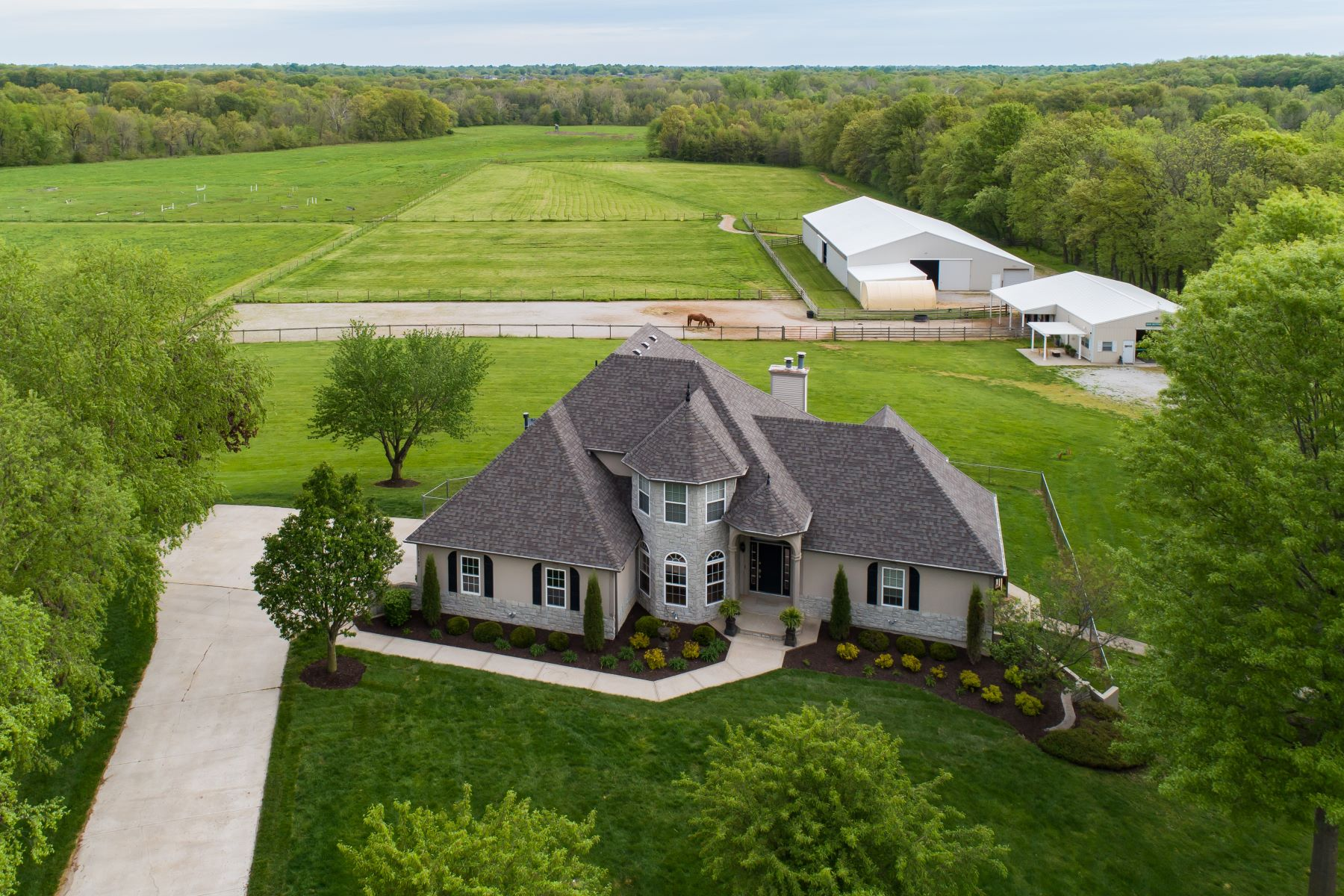 Single Family Homes for Sale at Amazing 7+ Acre Horse Haven 12409 Carter Lane Kearney, Missouri 64060 United States