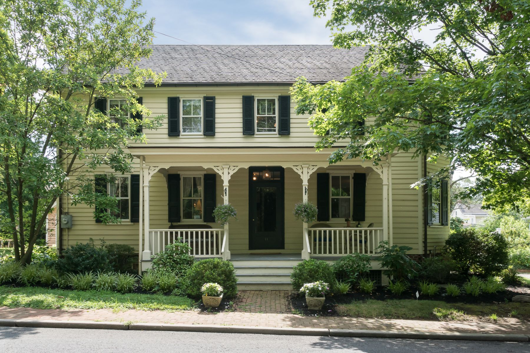 Single Family Homes por un Venta en Historic Home Just As Alluring As Its Little Town 11 Buttonwood Street, Crosswicks, Nueva Jersey 08515 Estados Unidos