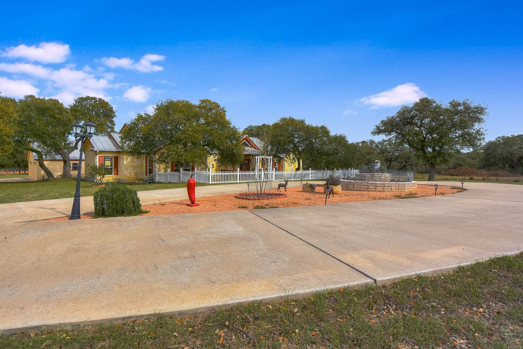 Vivienda unifamiliar por un Venta en Country Living with Acreage 309 Pecan Parkway Boerne, Texas 78006 Estados Unidos