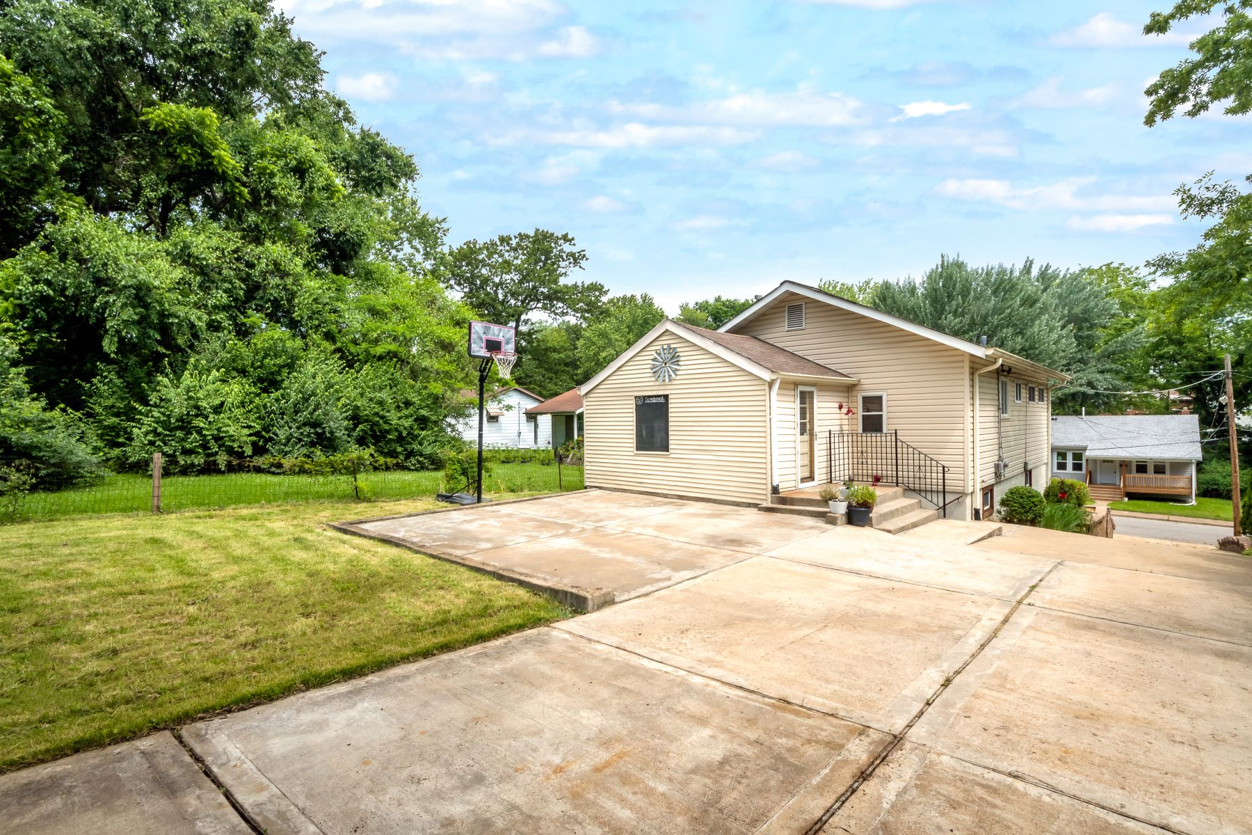 Additional photo for property listing at Move-In Ready Webster Charmer 112 Madison Avenue Webster Groves, Missouri 63119 United States