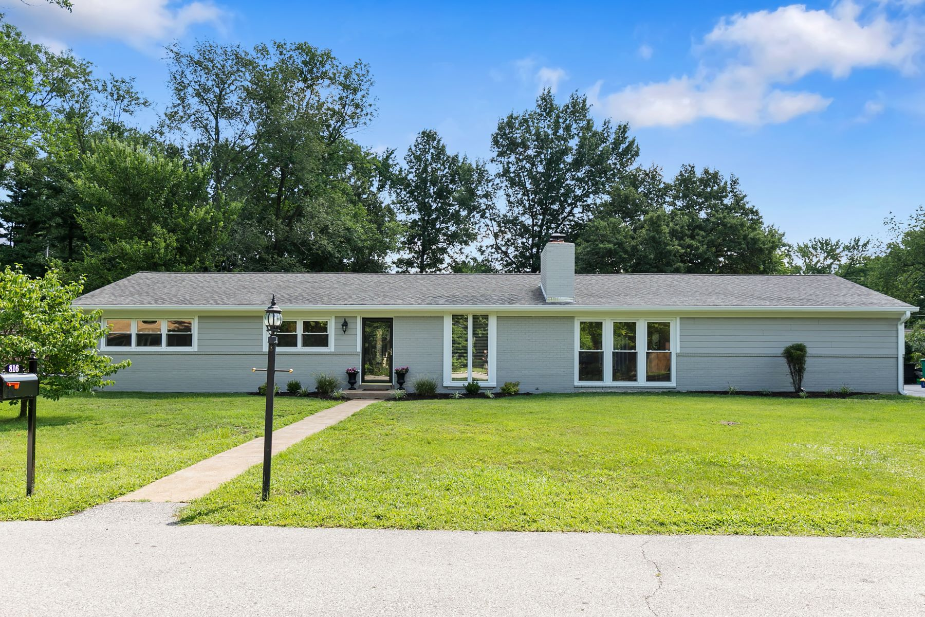 Single Family Homes for Sale at Living is easy in this fully renovated ranch situated on just under a 1/2 acre! 816 Wenneker Drive Ladue, Missouri 63124 United States