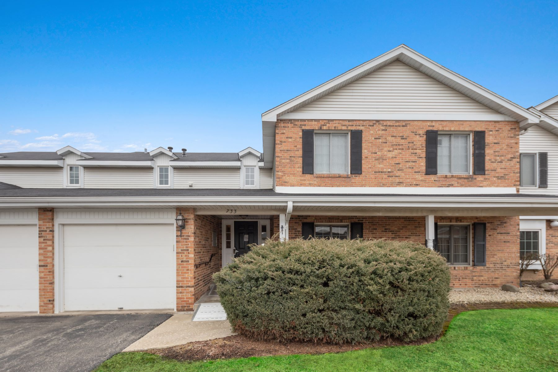 Single Family Homes for Active at Immaculate Townhome 733 Cottonwood Court Unit B Willowbrook, Illinois 60527 United States