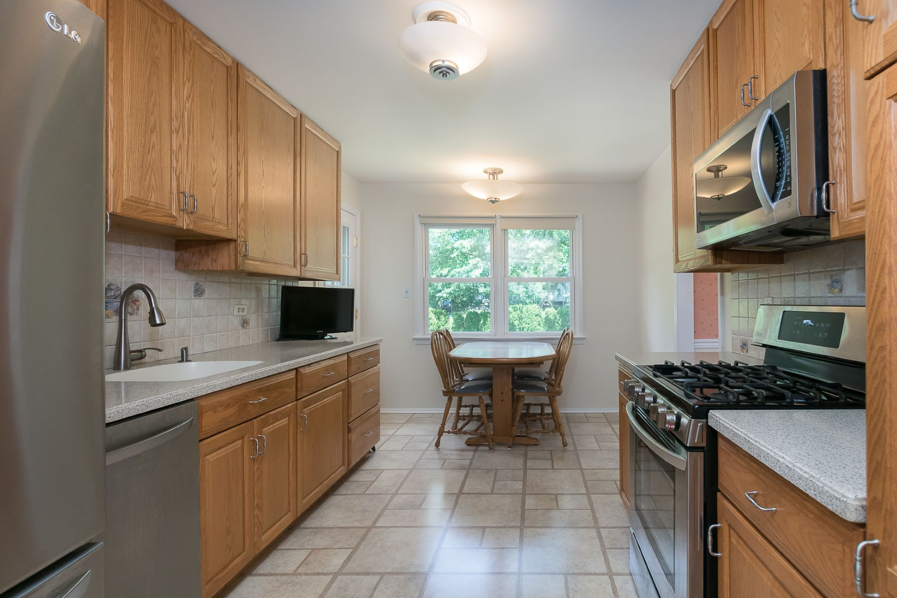 Additional photo for property listing at Surprising with Space, Sunshine, and Convenience 261 Glenn Avenue, Lawrenceville, Нью-Джерси 08648 Соединенные Штаты