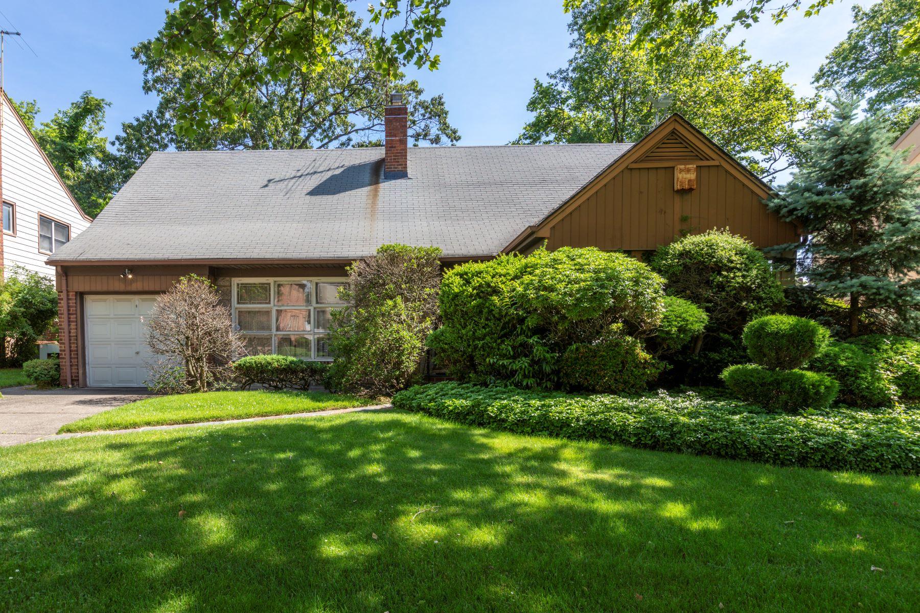 Single Family Homes 為 出售 在 218-47 82 Avenue, Hollis Hills, Ny, 11427 Queens Village, 纽约 11427 美國