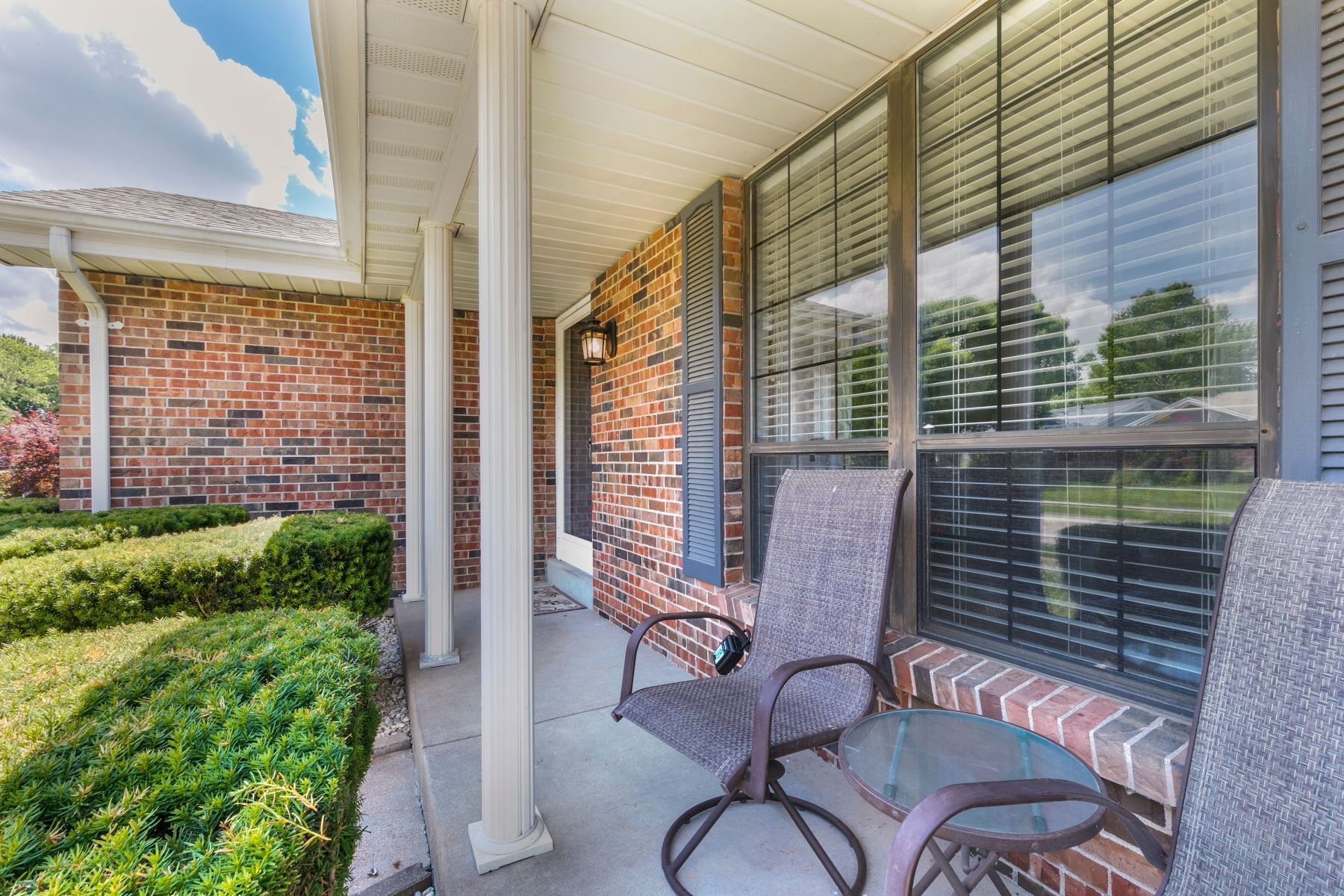 Additional photo for property listing at Stylish Oakville Ranch 6903 Cottage Grove Lane St. Louis, Missouri 63129 United States