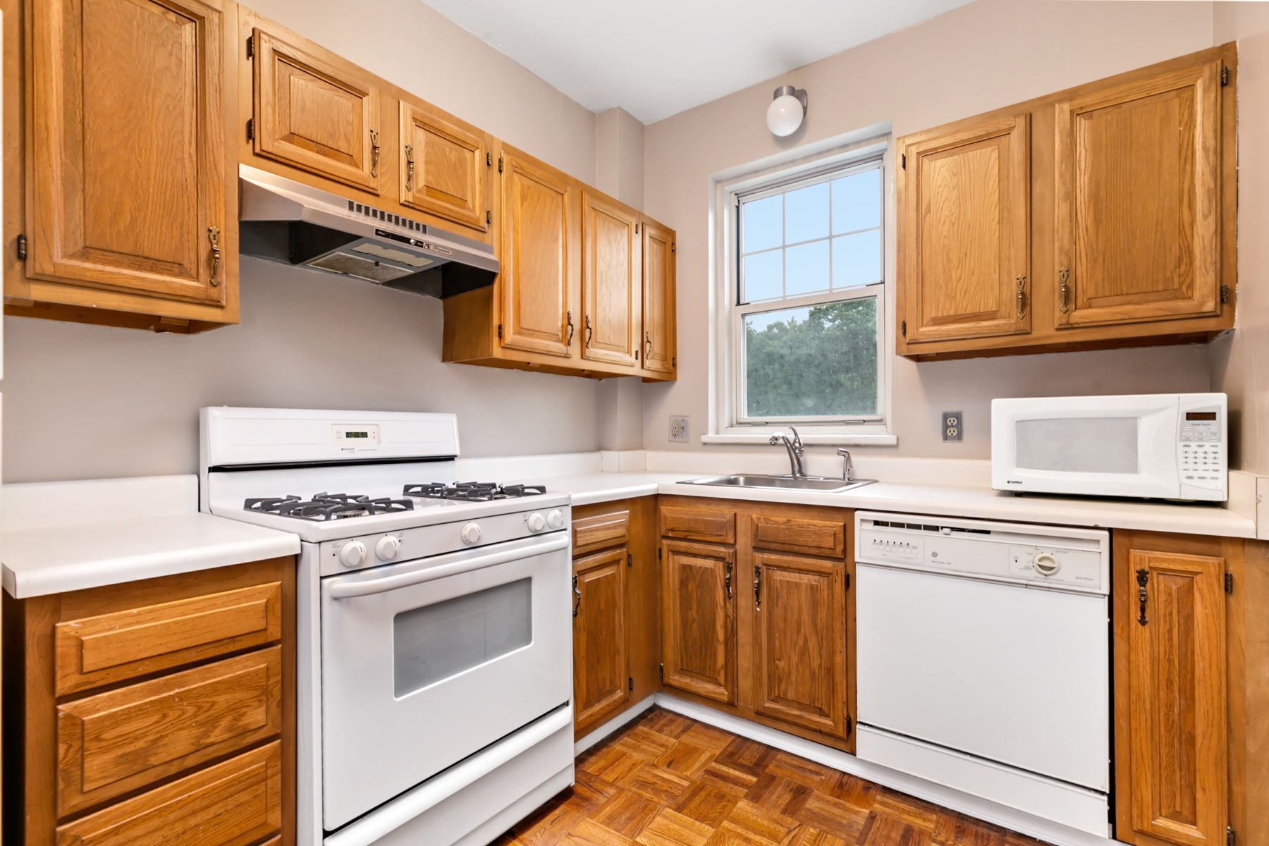 Additional photo for property listing at Renowned architecture and views of Forest Park in desireable DeMun! 725 South Skinker Boulevard #3C St. Louis, Missouri 63105 United States