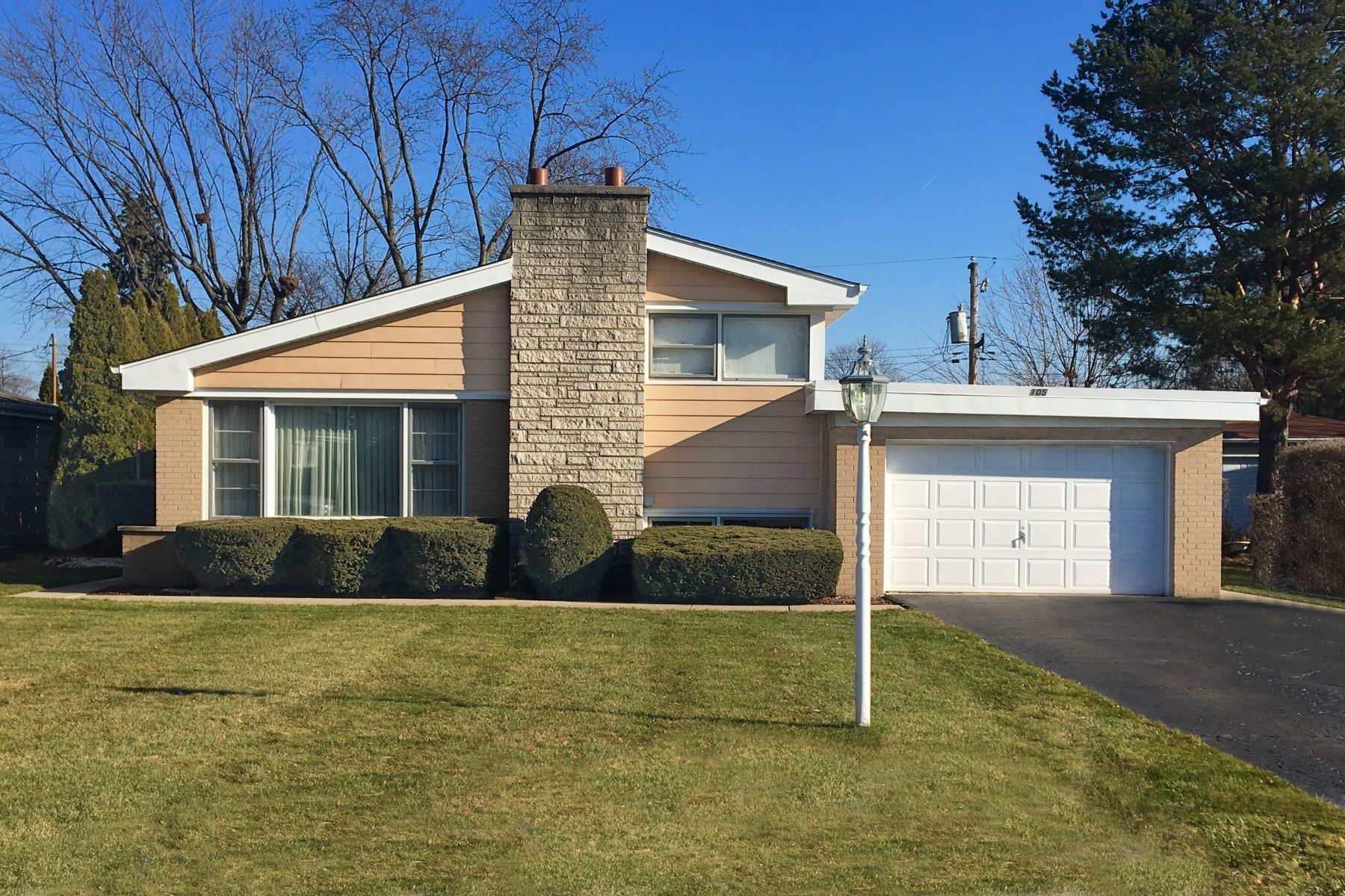 single family homes for Sale at Charming Split Level 105 Fernwood Drive Glenview, Illinois 60025 United States