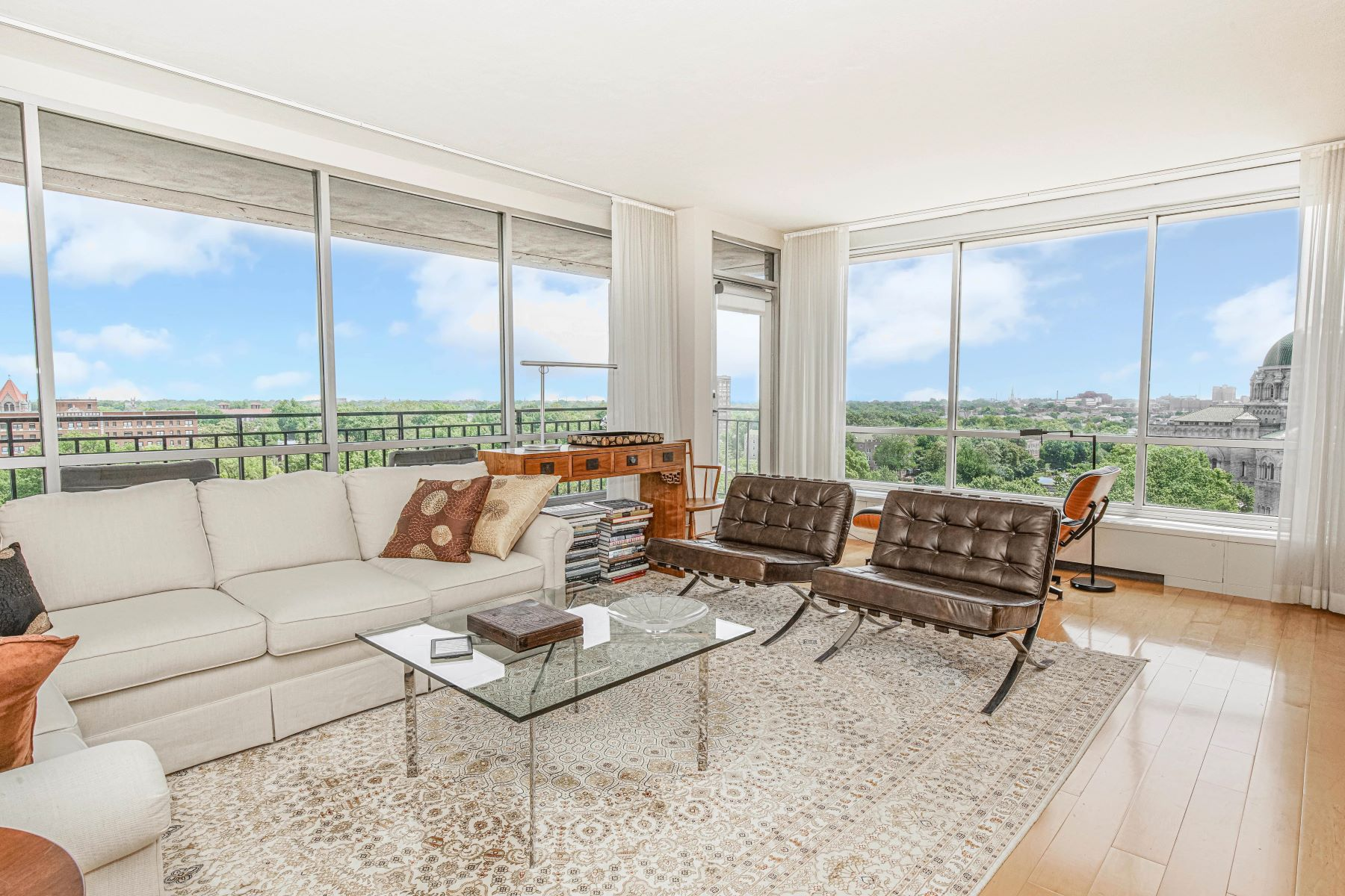 Additional photo for property listing at Updated Two Bedroom Condo in Lindell Terrace 4501 Lindell Boulevard, #10B St. Louis, Missouri 63108 United States