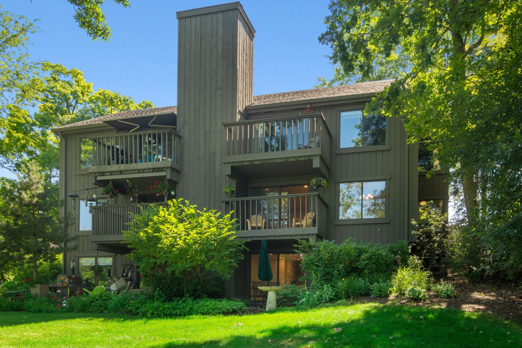 Condominiums 용 매매 에 Stunning Barrington Condo 310 Hilltop Court Unit C, Lake Barrington, 일리노이즈 60010 미국