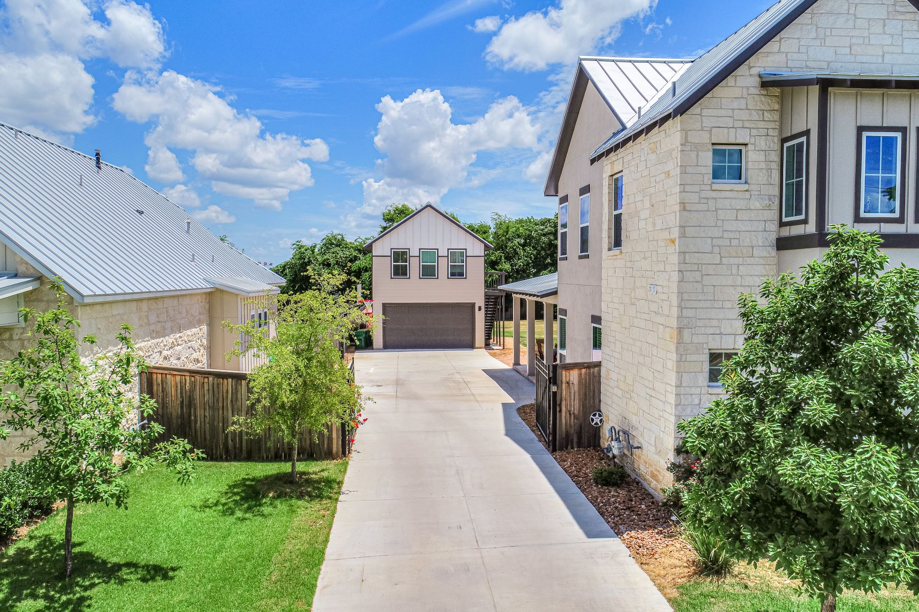 Additional photo for property listing at Contemporary Farmhouse In Town! 609 Live Oak Street Boerne, Texas 78006 United States