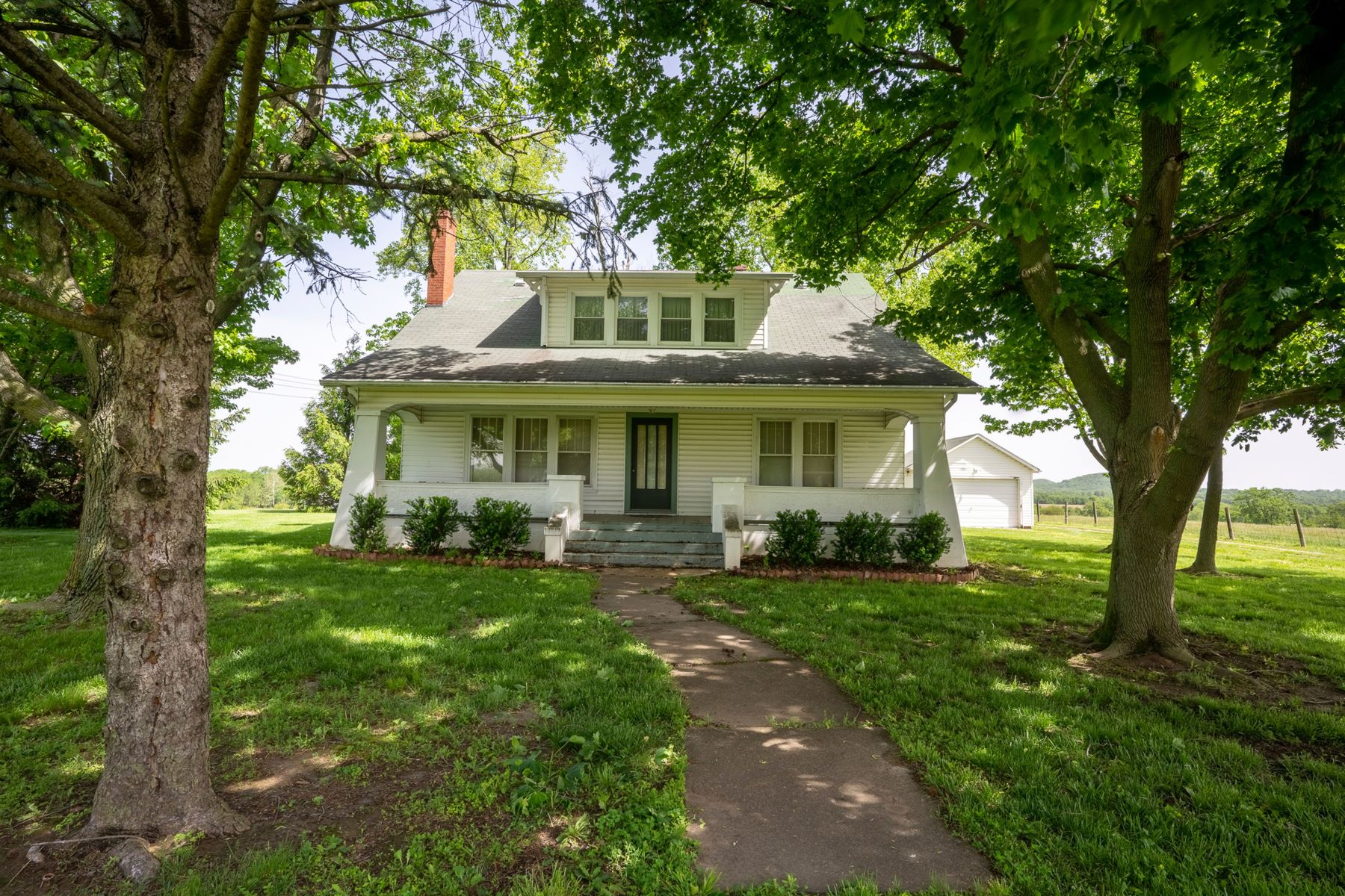 Farm / Ranch / Plantation للـ Sale في Iconic 1920s Home on Scenic Property 1995 Highway B, Elsberry, Missouri 63343 United States