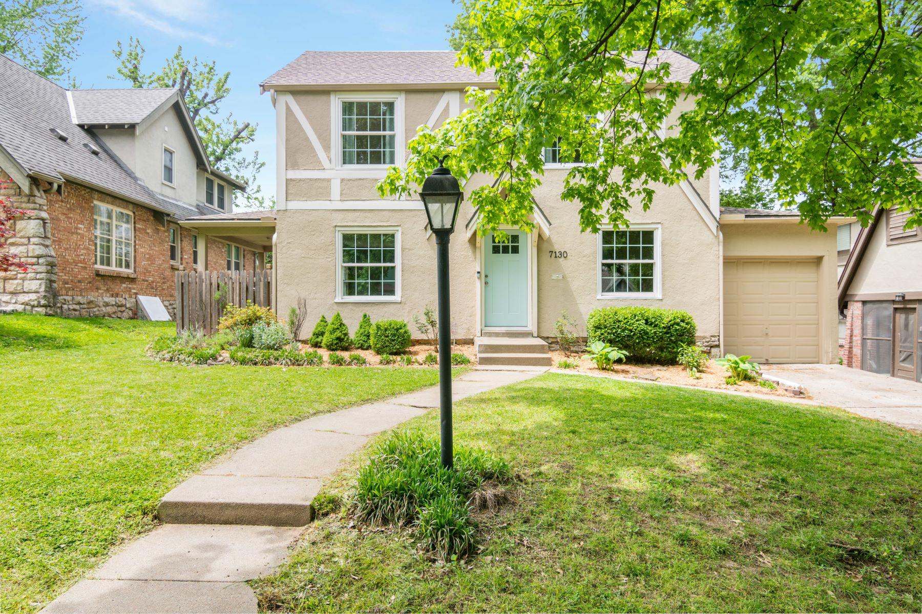 Single Family Homes for Active at Cute Waldo 2 Story 7130 McGee Street Kansas City, Missouri 64114 United States