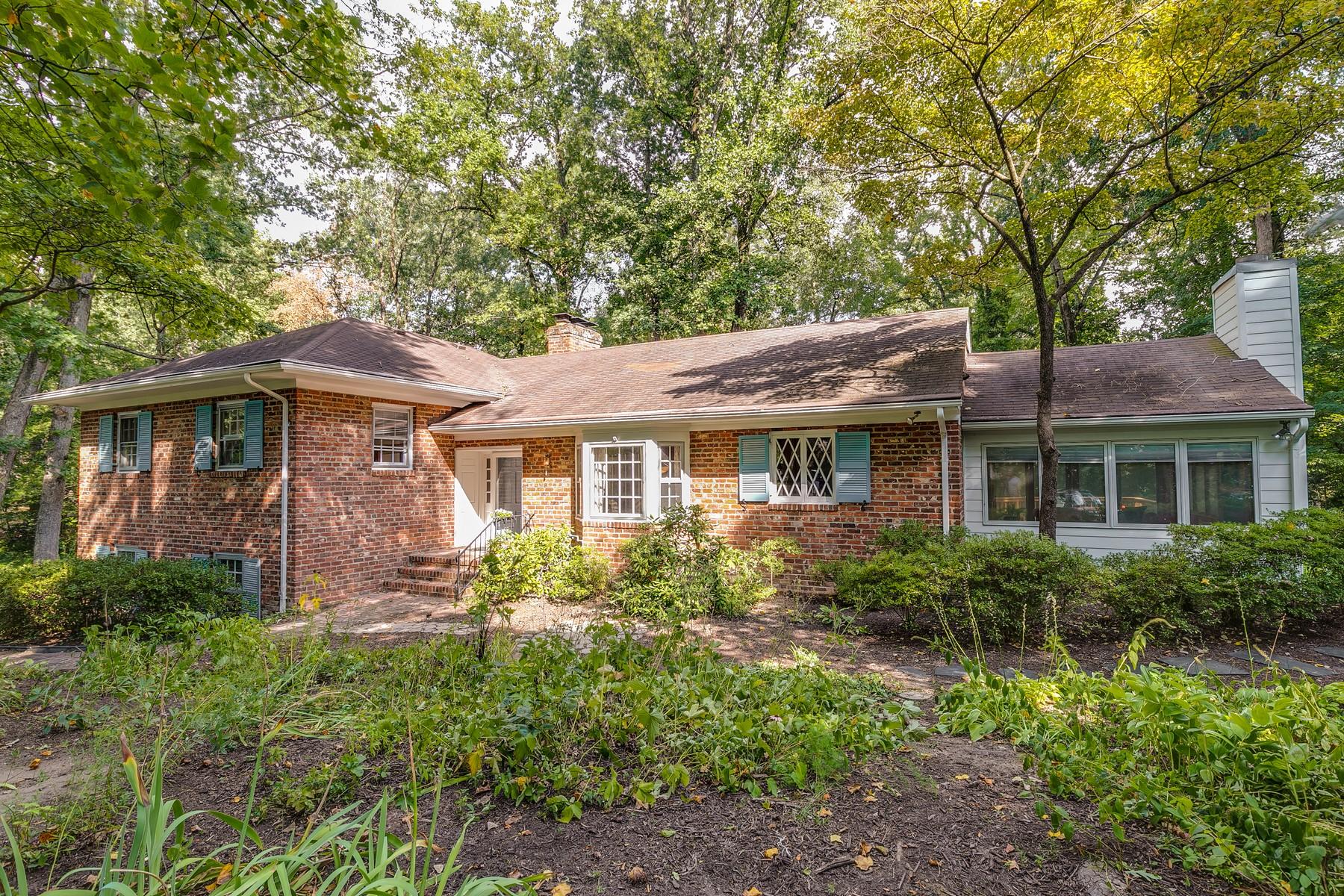 Single Family Homes por un Venta en 213 Riverwood Drive Henrico, Virginia 23229 Estados Unidos