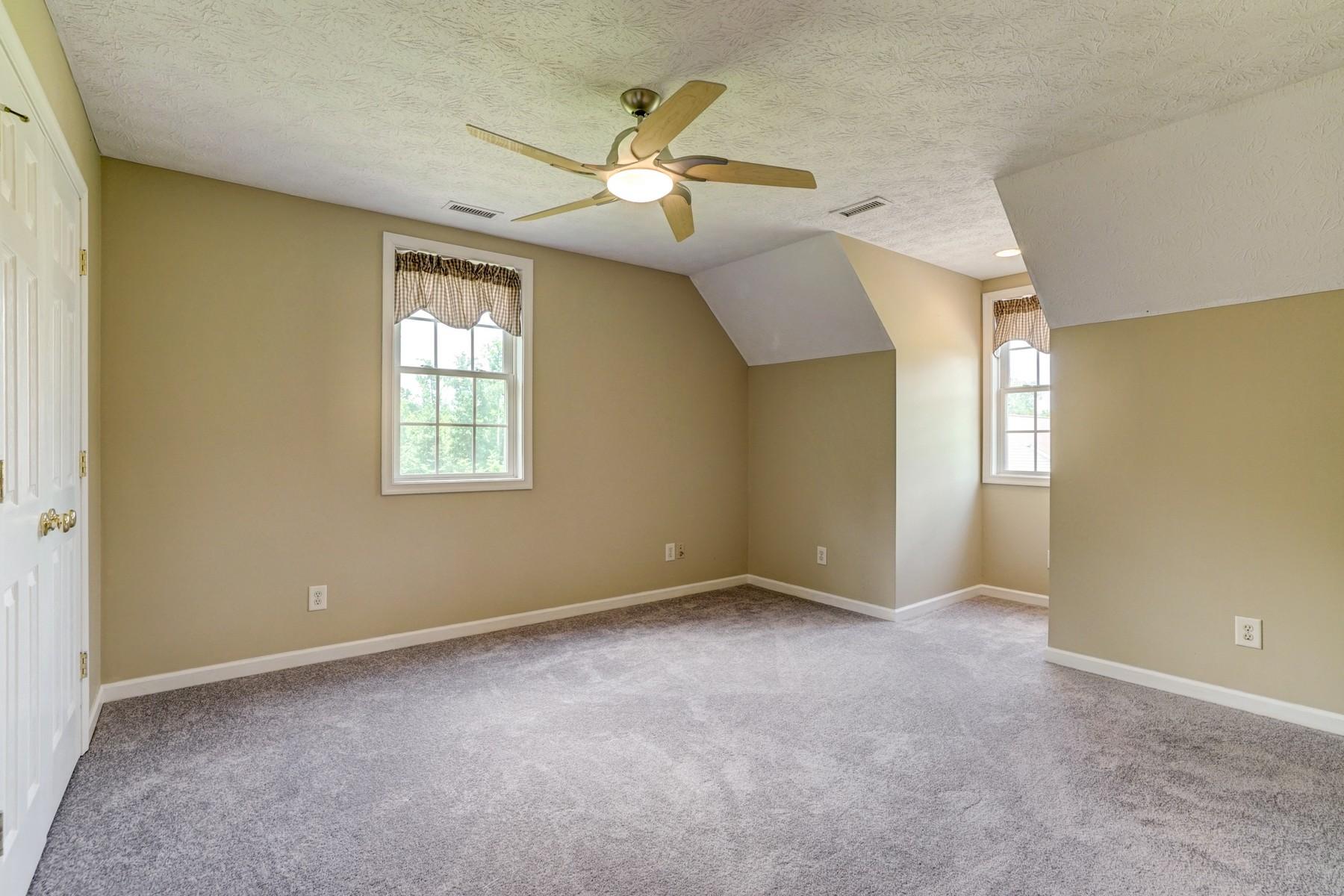 Single Family Homes pour l Vente à 9930 Buckskin Trail Gloucester, Virginia 23061 États-Unis