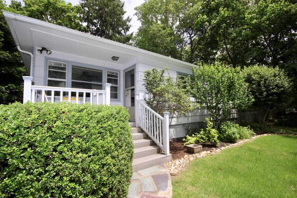 Single Family Homes pour l Vente à Hampton Bays 5 Lynn Ct, Hampton Bays, New York 11946 États-Unis