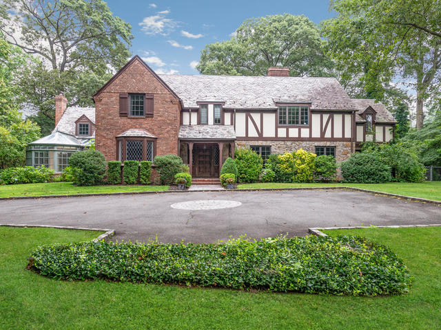 Single Family Homes for Active at 370 Manhasset Woods Rd Manhasset, New York 11030 United States
