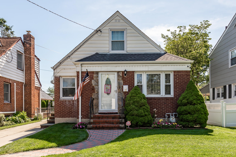 Single Family Homes för Försäljning vid New Hyde Park 616 S 13th, New Hyde Park, New York 11040 Förenta staterna