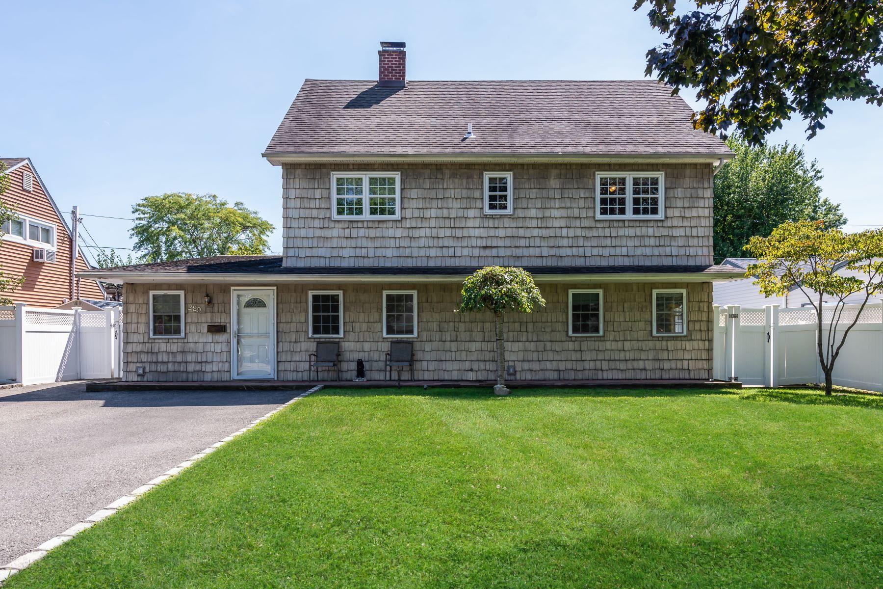 Single Family Homes för Försäljning vid Westbury 229 Friends Ln, Westbury, New York 11590 Förenta staterna
