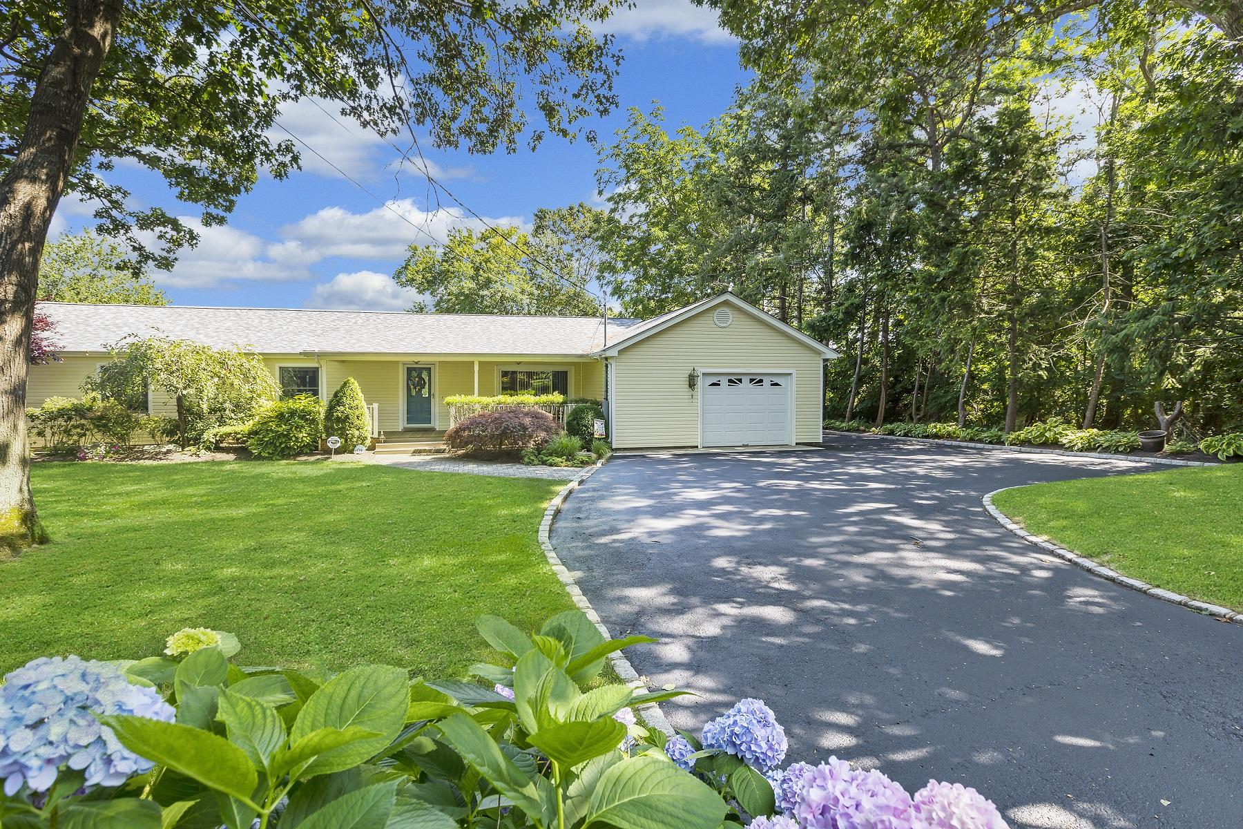 Single Family Homes för Försäljning vid S. Jamesport 1011 Peconic Bay Blvd, South Jamesport, New York 11970 Förenta staterna