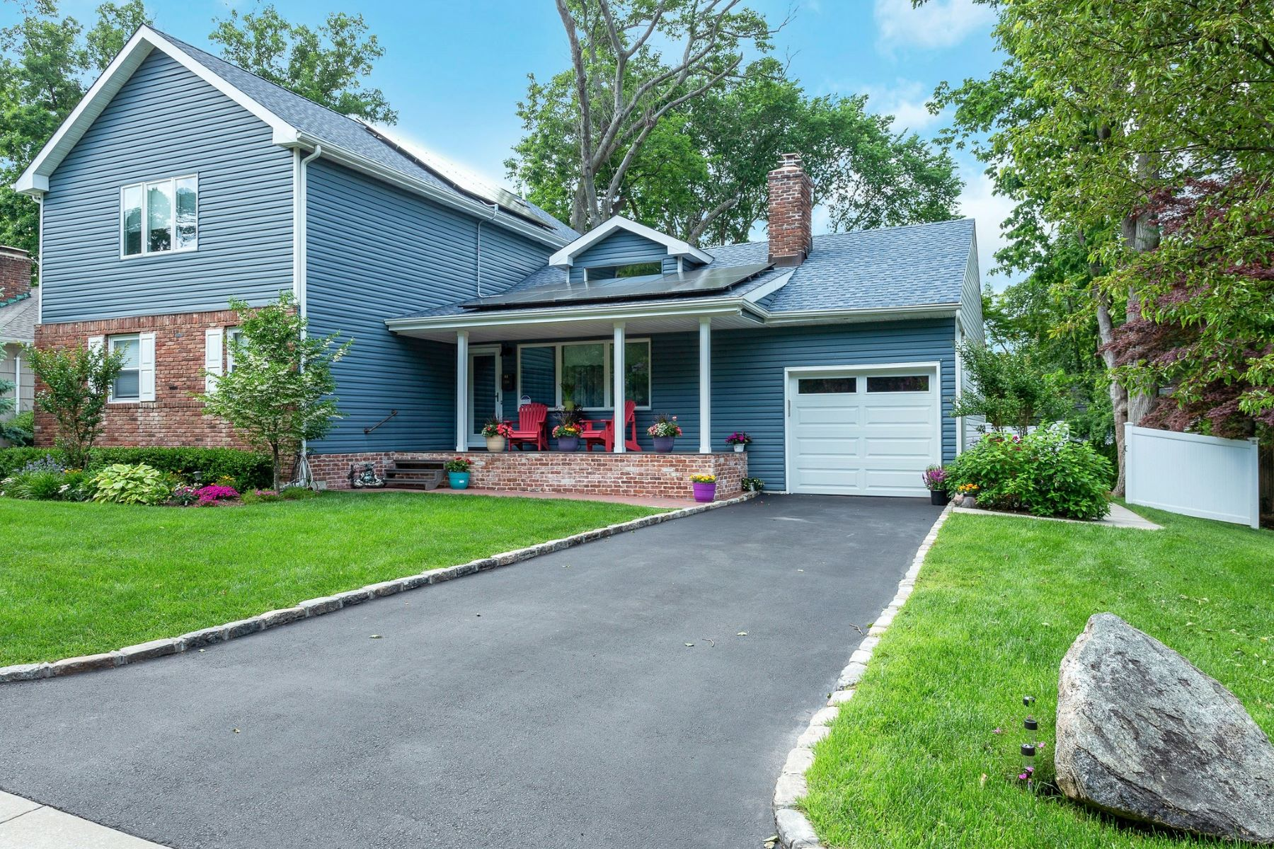 Single Family Homes 為 出售 在 Glen Head 83 Plymouth Drive, Glen Head, 纽约 11545 美國