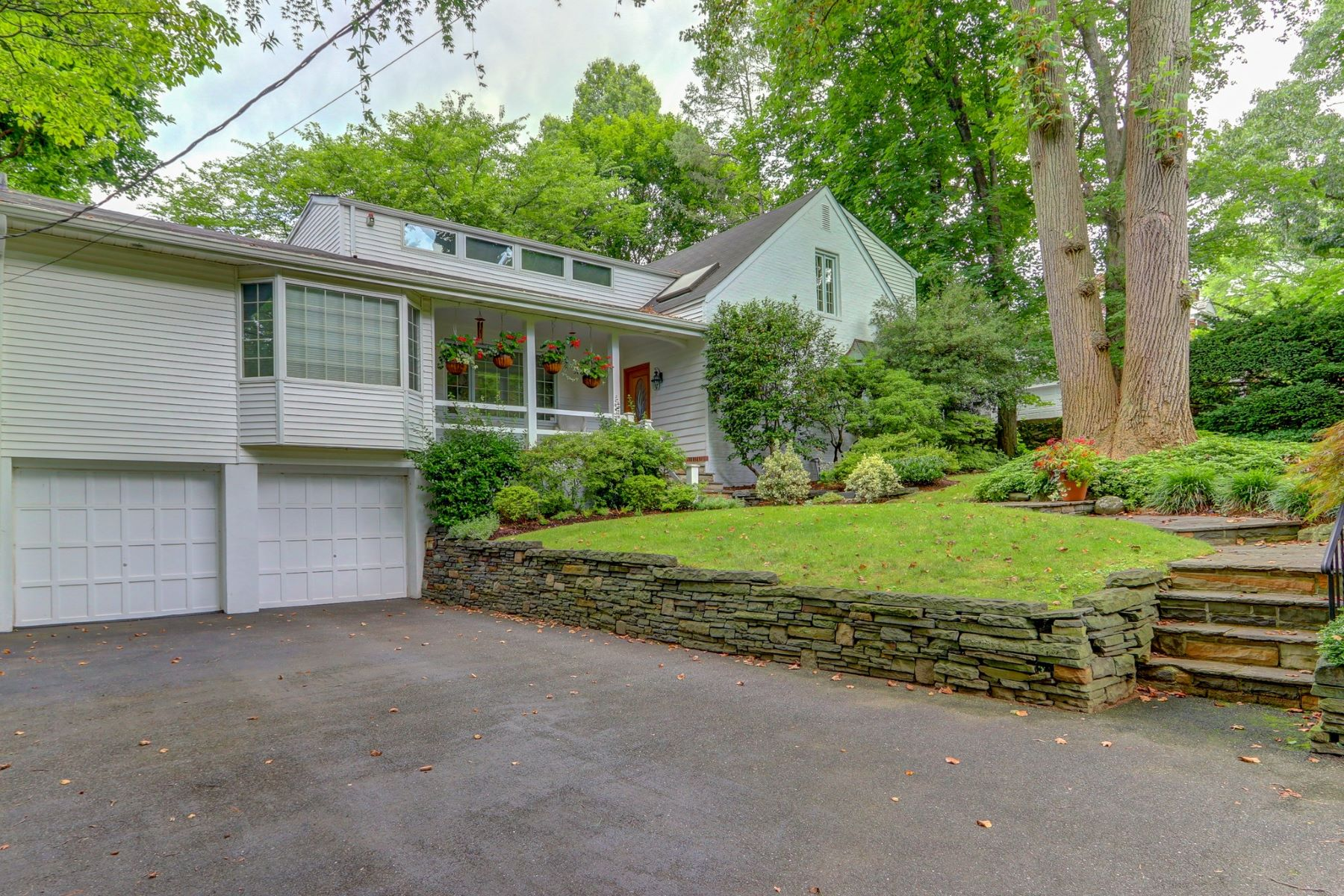 Single Family Homes för Försäljning vid Roslyn Estates 2 Hickory Hill, Roslyn Estates, New York 11576 Förenta staterna