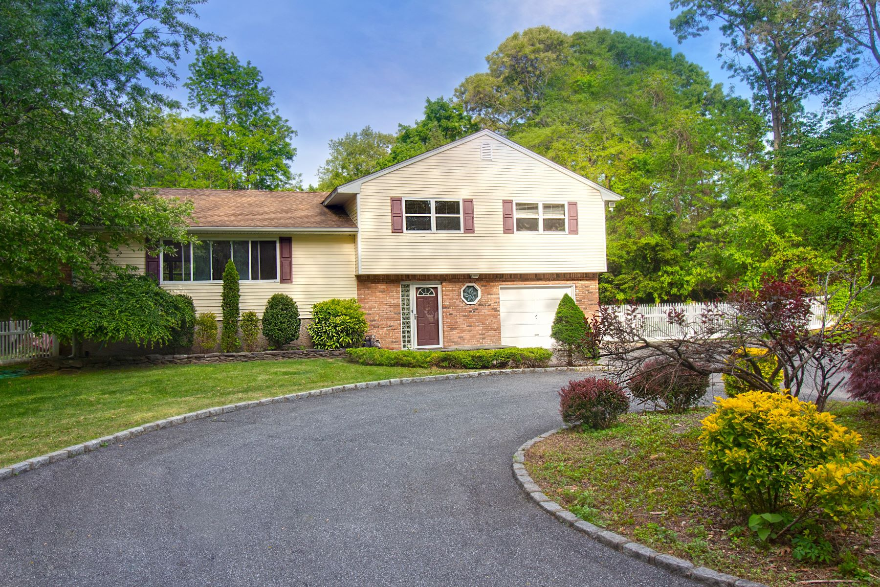 Single Family Homes for Active at Hauppauge 23 Torlen Ct Hauppauge, New York 11788 United States