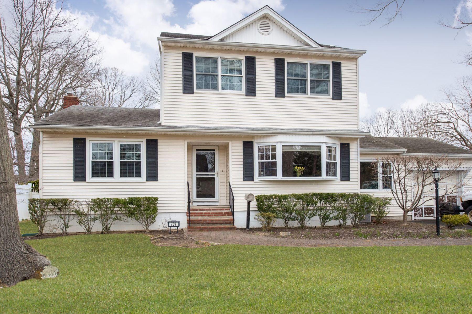 Single Family Homes för Försäljning vid West Islip 759 Van Buren Ave, West Islip, New York 11795 Förenta staterna