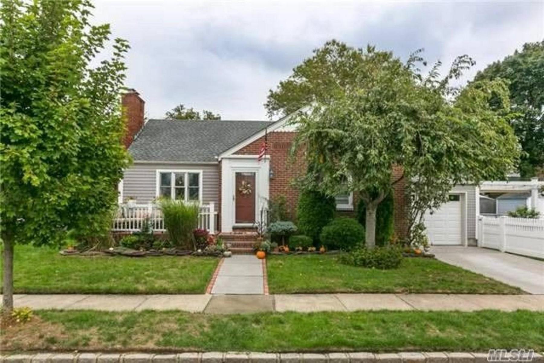 Single Family Homes 為 出售 在 Garden City Park 50 Madison Avenue, Garden City Park, 纽约 11040 美國