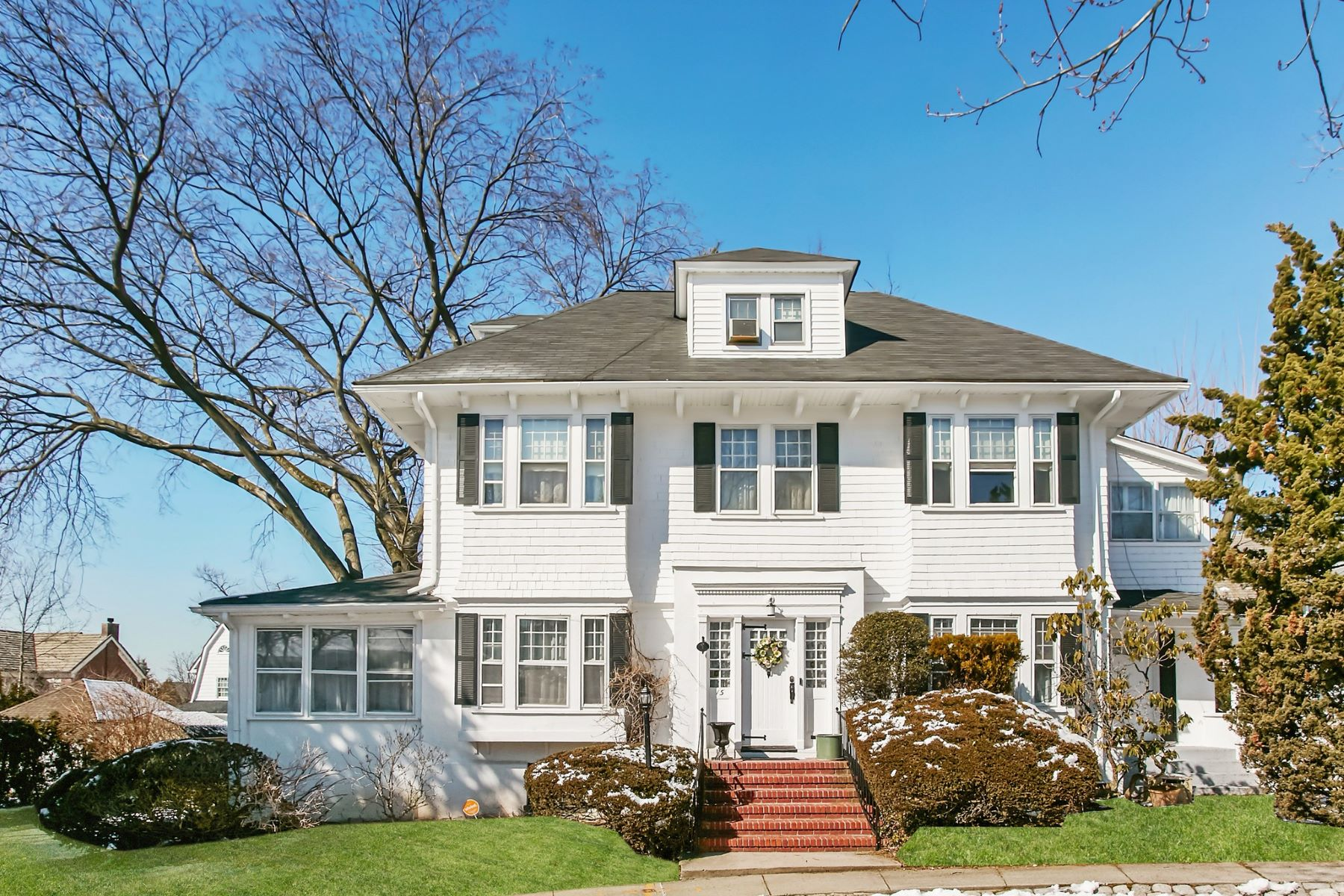 Single Family Homes för Försäljning vid Douglaston 15 Manor Rd, Douglaston, New York 11363 Förenta staterna