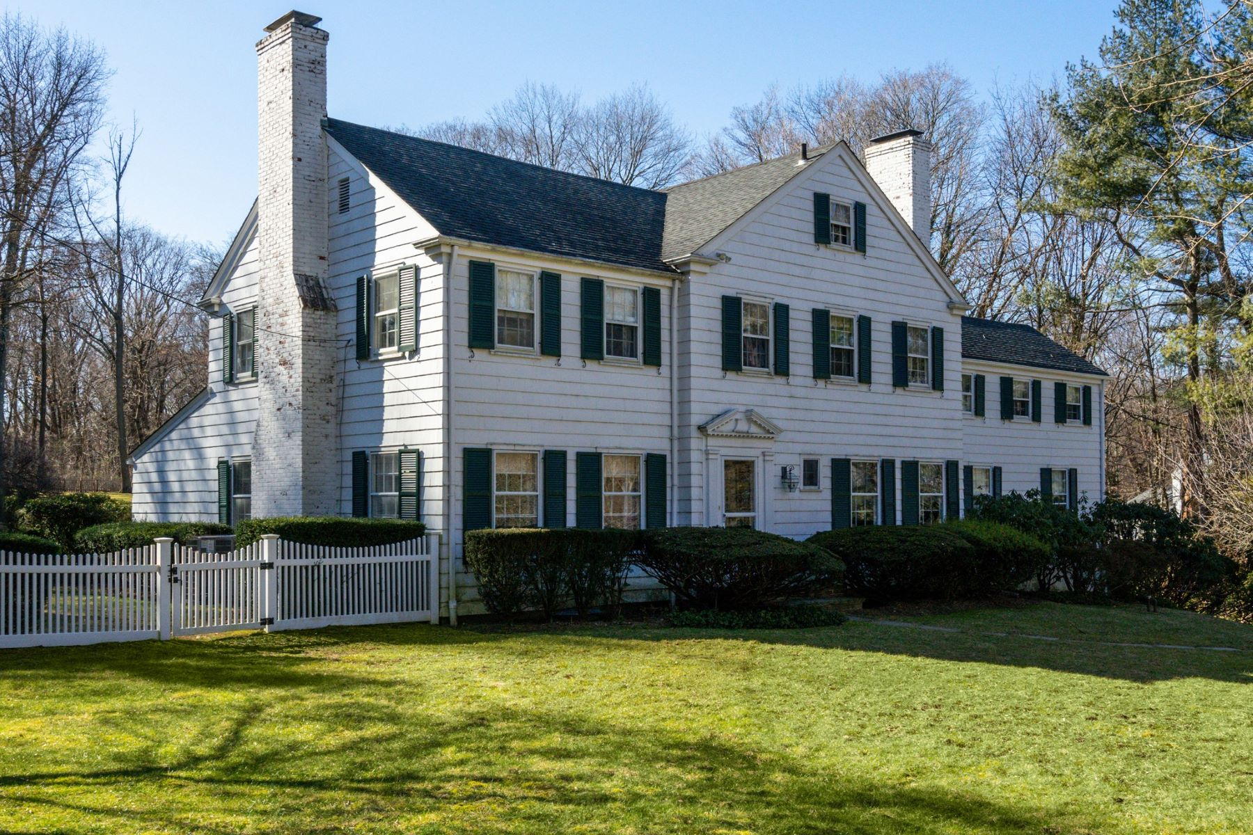 Single Family Homes for Sale at Locust Valley 15 The Glen Locust Valley, New York 11560 United States