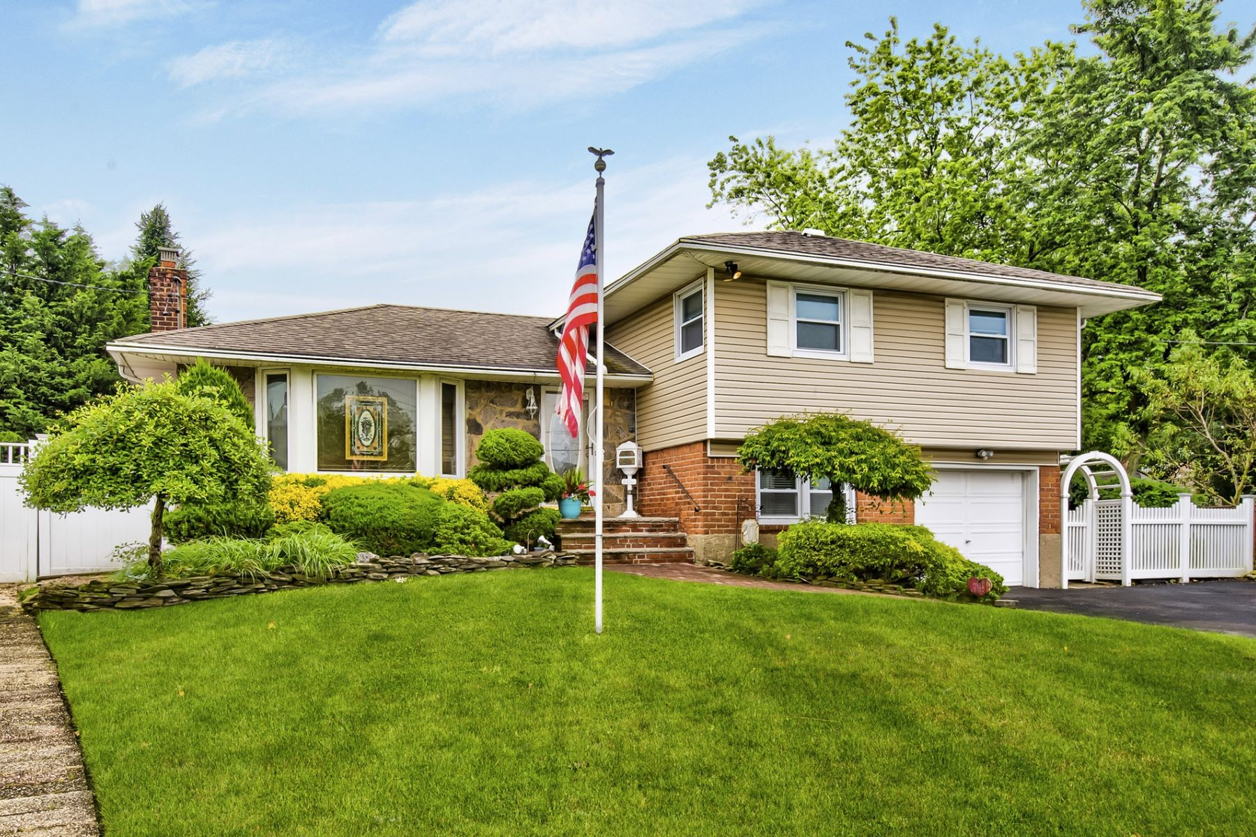 Single Family Homes for Sale at Massapequa 8 Cree Ct Massapequa, New York 11758 United States