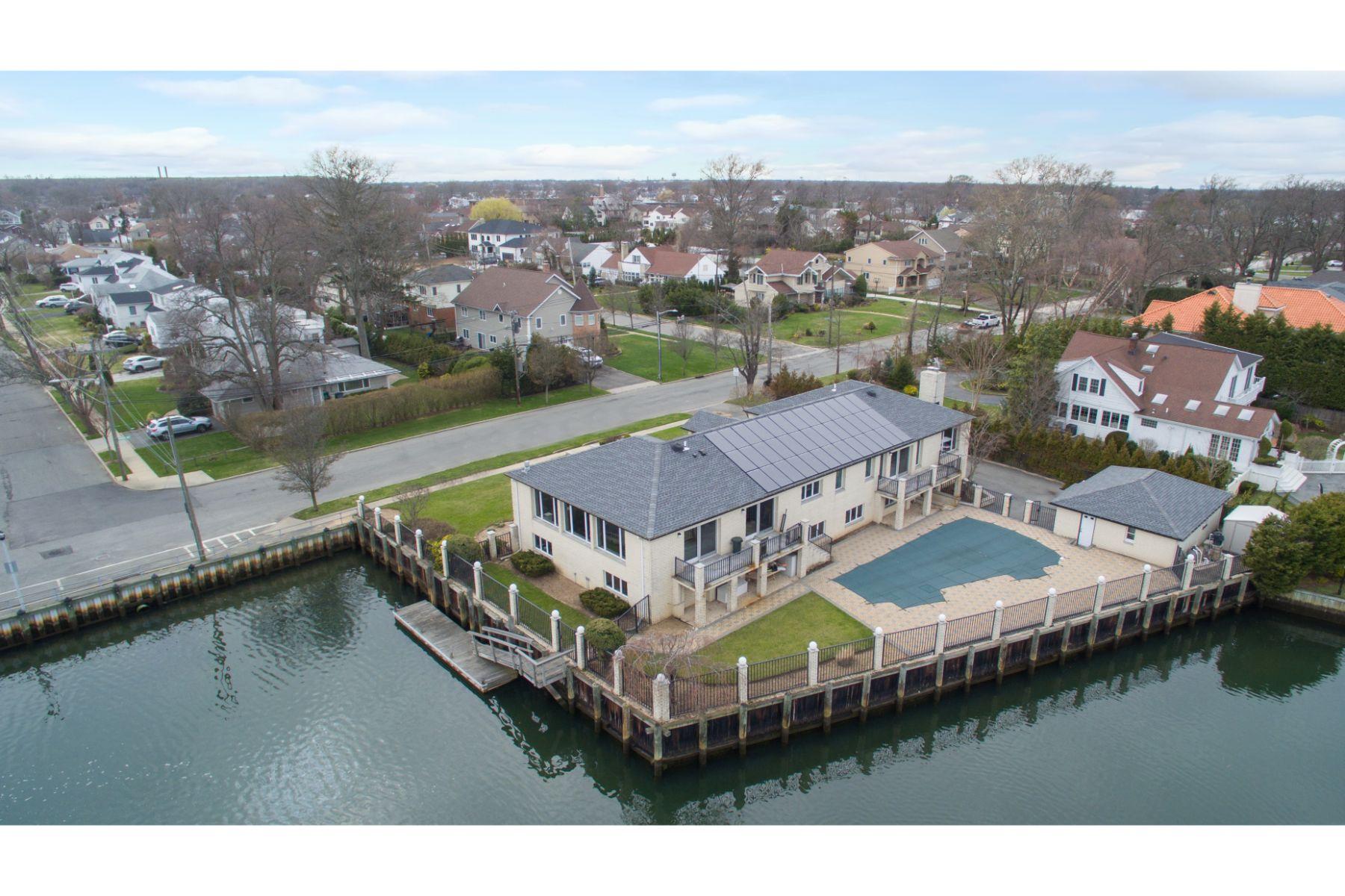 Single Family Homes för Försäljning vid 2771 Merrick Ave, Merrick, New York 11566 Förenta staterna