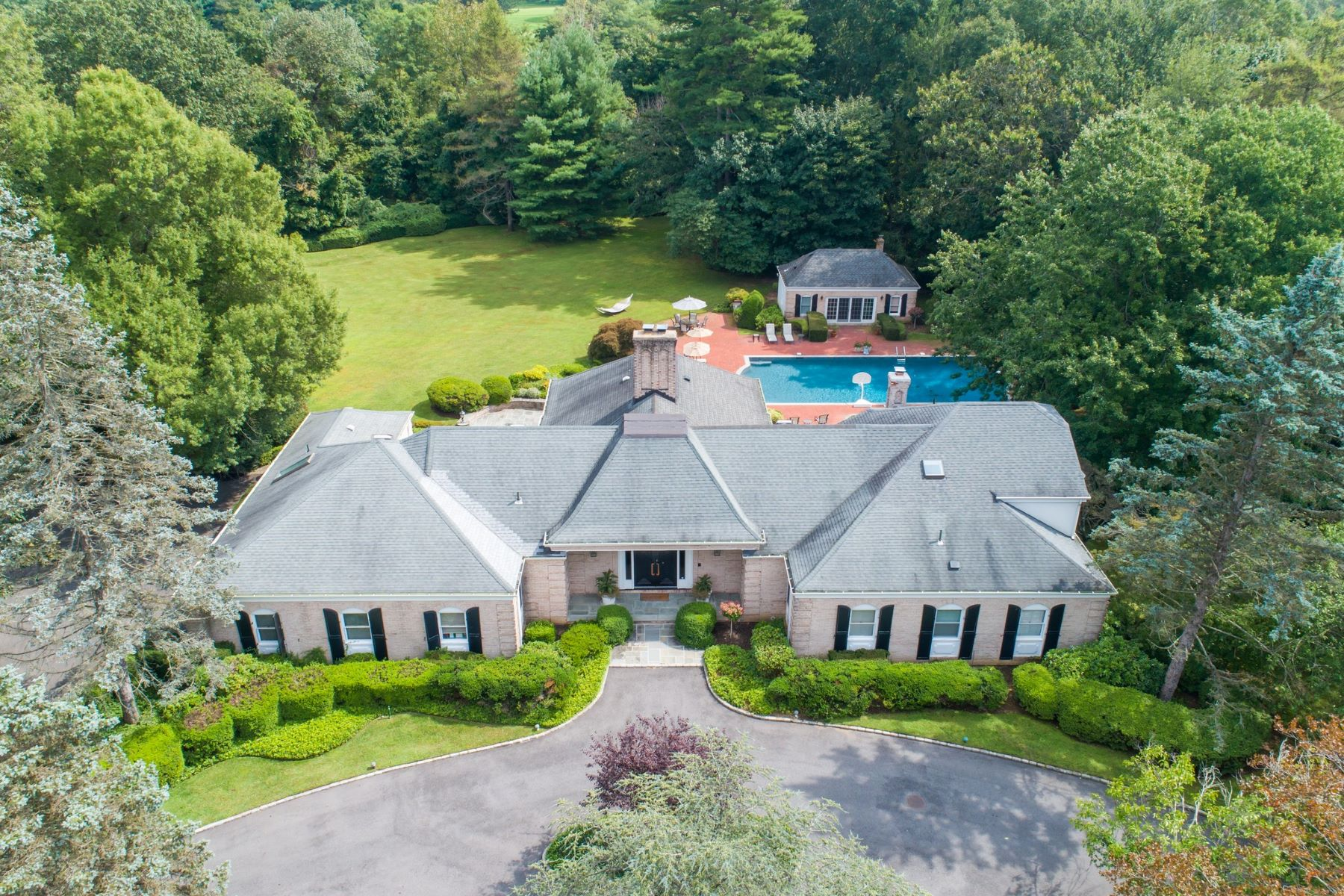Single Family Homes for Sale at Old Westbury 31 Applegreen Dr Old Westbury, New York 11568 United States