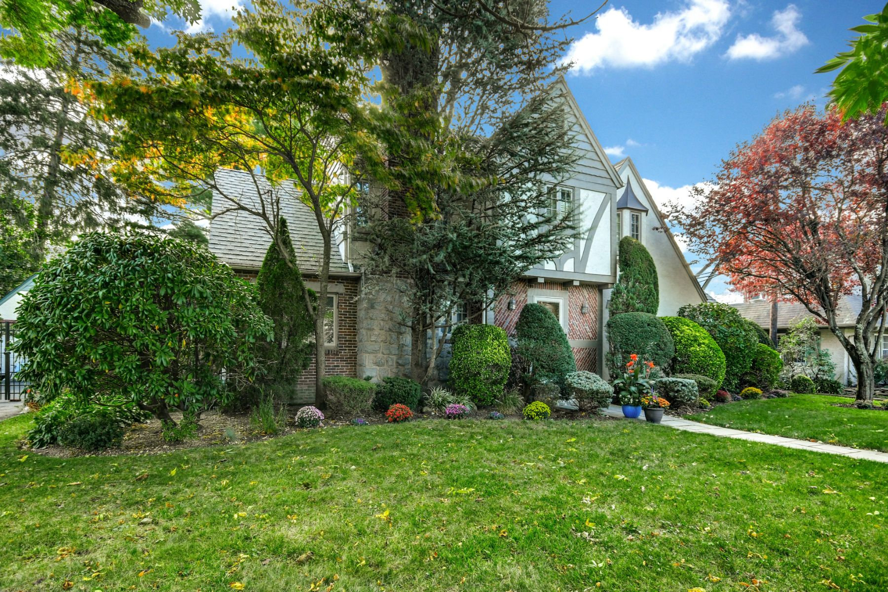 Single Family Homes for Sale at Rockville Centre 15 Wellesley Rd Rockville Centre, New York 11570 United States